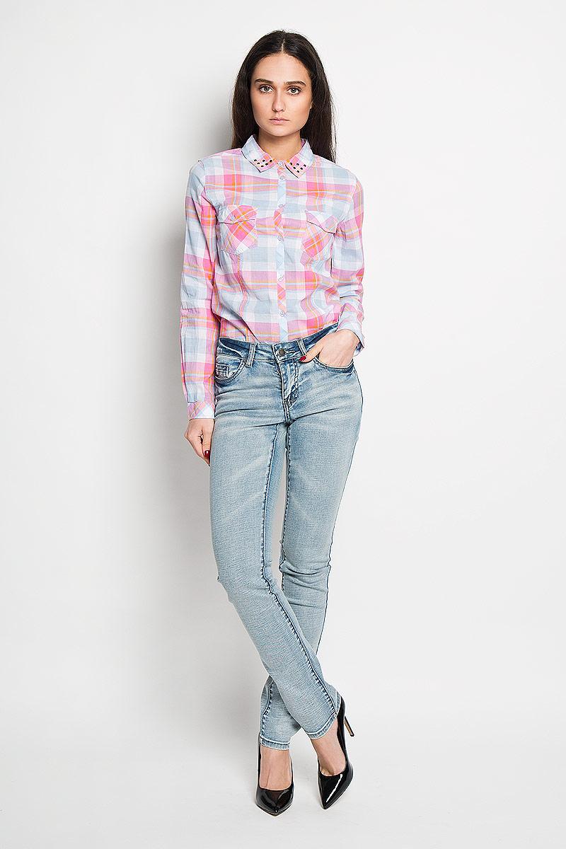 Джинсы женские Finn Flare, цвет: голубой. B16-15001. Размер 26-32 (42-32)B16-15001Стильные женские джинсы Finn Flare - это джинсы высочайшего качества, которые прекрасно сидят. Они выполнены из высококачественного эластичного хлопка, что обеспечивает комфорт и удобство при носке. Прямые джинсы классической посадки станут отличным дополнением к вашему современному образу. Джинсы застегиваются на пуговицу в поясе и ширинку на застежке-молнии, имеются шлевки для ремня. Джинсы имеют классический пятикарманный крой: спереди модель оформлена двумя втачными карманами и одним маленьким накладным кармашком, а сзади - двумя накладными карманами.Эти модные и в тоже время комфортные джинсы послужат отличным дополнением к вашему гардеробу.