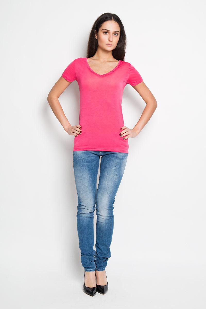 Футболка женская Calvin Klein Jeans, цвет: розовый. J2EJ203370. Размер S (42)J2EJ203370Стильная женская футболка Calvin Klein Jeans приятная на ощупь не сковывает движения и позволяет коже дышать. Модель с V-образным вырезом горловины и короткими рукавами спереди оформлена изображением логотипа бренда.Эта футболка станет отличным дополнением к вашему гардеробу.