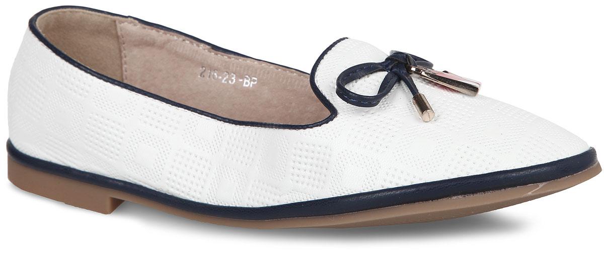 Туфли для девочки Adagio, цвет: белый, темно-синий. 216-23BP. Размер 36216-23BPСтильные туфли от Adagio очаруют вашу девочку с первого взгляда! Модель выполнена из искусственной кожи и оформлена перфорированным геометрическим узором. Мыс декорирован бантиком, украшенным подвеской в виде сумочки. Стелька из натуральной кожи обеспечивает максимальный комфорт при передвижении. Подошва и каблук с рифлением обеспечивают сцепление с любыми поверхностями. Удобные туфли придутся по душе вам и вашей дочурке!
