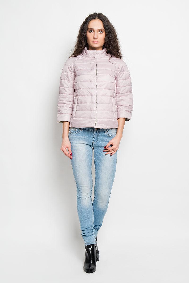 Куртка женская Baon, цвет: пепельно-розовый. B036027. Размер S (44)B036027Удобная женская куртка Baon согреет вас в прохладную погоду и позволит выделиться из толпы. Модель с рукавами-реглан 3/4 и воротником-стойкой выполнена из прочного нейлона с синтепоновым наполнителем, и застегивается на кнопки. Куртка имеет красочную подкладку с цветочным принтом и дополнена двумя втачными карманами на кнопках спереди .Эта модная и в то же время комфортная куртка - отличный вариант для прогулок, она подчеркнет ваш изысканный вкус и поможет создать неповторимый образ.
