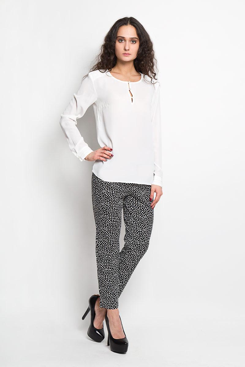Блузка женская Baon, цвет: молочный. B176007. Размер M (46)B176007Стильная женская блуза Baon, выполненная из 100% полиэстера, подчеркнет ваш уникальный стиль и поможет создать оригинальный женственный образ.Блузка с длинными рукавами и круглым вырезом горловины застегивается на пуговицы на груди. Манжеты рукавов также застегиваются на пуговицы. Блузка украшена декоративными складками на плечах. Такая блузка идеально подойдет для жарких летних дней. Такая блузка будет дарить вам комфорт в течение всего дня и послужит замечательным дополнением к вашему гардеробу.