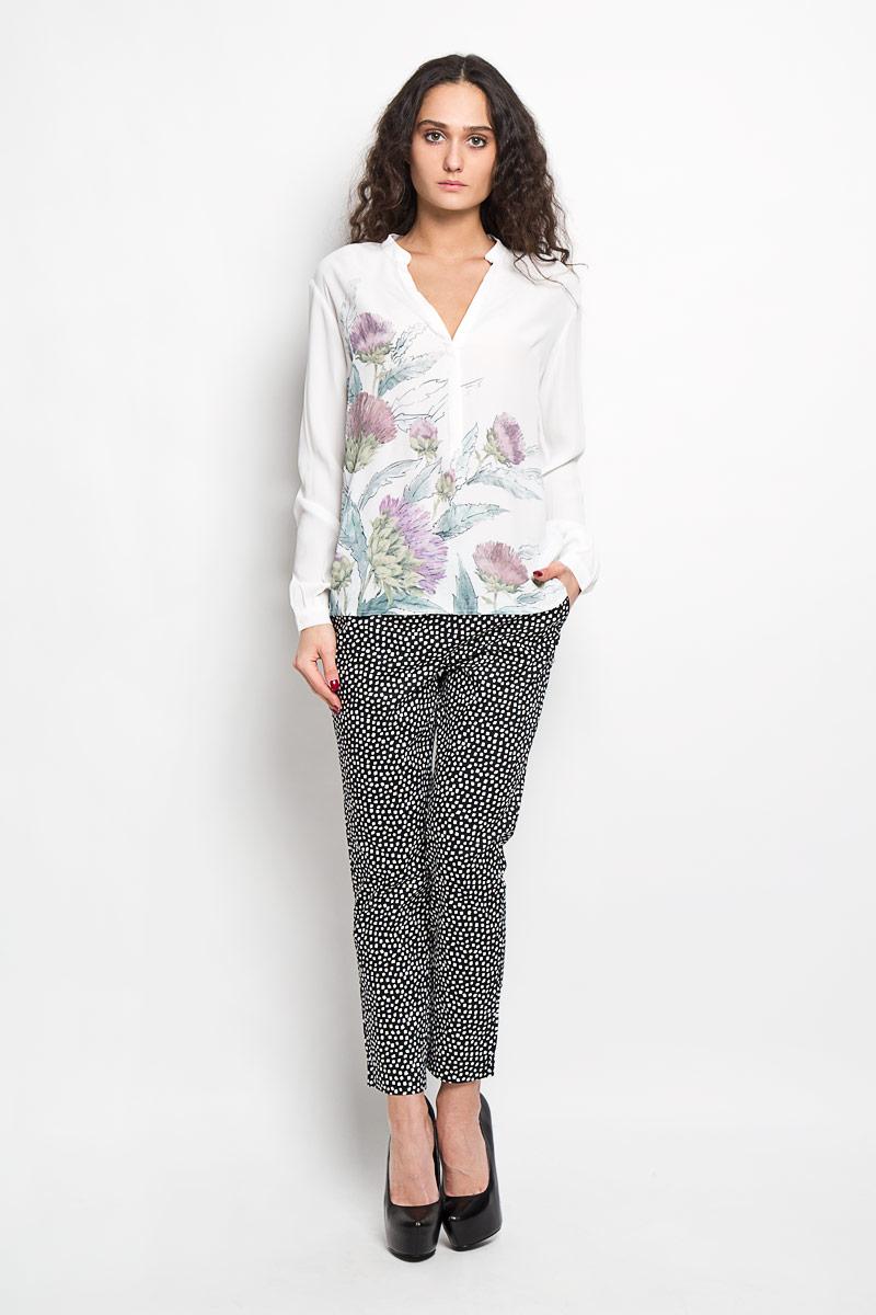 Блузка женская Baon, цвет: молочный, зеленый, сиреневый. B176017. Размер S (44)B176017Стильная женская блуза Baon, выполненная из 100% вискозы, подчеркнет ваш уникальный стиль и поможет создать оригинальный женственный образ.Блузка с длинными рукавами, удлиненной спинкой и V-образным вырезом горловины застегивается на пуговицы на груди. Манжеты рукавов также дополнены пуговицами. Блузка украшена крупным цветочным принтом. Такая блузка идеально подойдет для жарких летних дней. Такая блузка будет дарить вам комфорт в течение всего дня и послужит замечательным дополнением к вашему гардеробу.