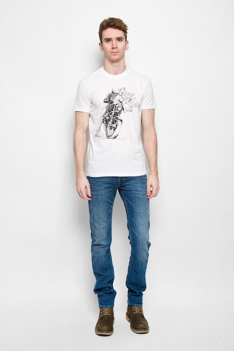 Футболка мужская Finn Flare, цвет: белый. B16-22020. Размер M (48)B16-22020Стильная мужская футболка Finn Flare, выполненная из натурального хлопка, необычайно мягкая и приятная на ощупь, не сковывает движения и позволяет коже дышать, обеспечивая комфорт. Модель с круглым вырезом горловины и короткими рукавами спереди оформлена оригинальным принтом. Вырез горловины дополнен трикотажной эластичной резинкой, что предотвращает деформацию при носке. Футболка Finn Flare станет отличным дополнением к вашему гардеробу.