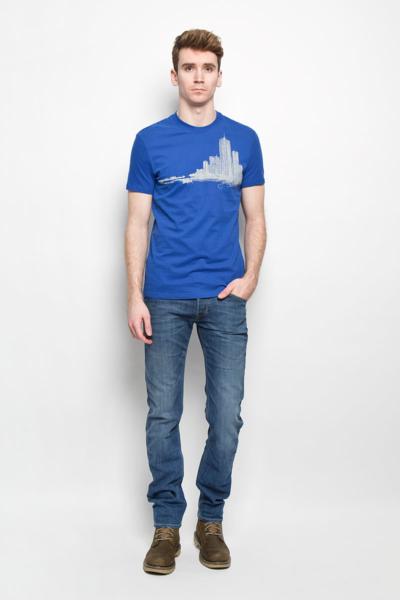 Футболка мужская Finn Flare, цвет: синий, серый. B16-42014. Размер S (46)B16-42014Стильная мужская футболка Finn Flare, выполненная из натурального хлопка, необычайно мягкая и приятная на ощупь, не сковывает движения и позволяет коже дышать, обеспечивая комфорт. Модель с круглым вырезом горловины и короткими рукавами спереди оформлена изображением силуэта городских высоток. Вырез горловины дополнен эластичной трикотажной резинкой, что предотвращает деформацию при носке. Футболка Finn Flare станет отличным дополнением к вашему гардеробу.