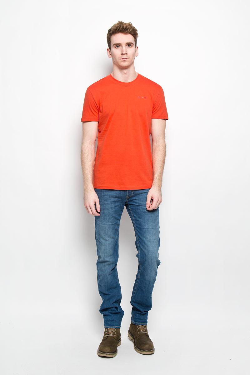 Футболка мужская Finn Flare, цвет: оранжевый. B16-21024. Размер XL (52)B16-21024Стильная мужская футболка Finn Flare, выполненная из натурального хлопка, необычайно мягкая и приятная на ощупь, не сковывает движения и позволяет коже дышать, обеспечивая комфорт. Модель с круглым вырезом горловины и короткими рукавами на груди оформлена надписью Finn Flare. Вырез горловины дополнен эластичной трикотажной резинкой, что предотвращает деформацию при носке. Футболка Finn Flare станет отличным дополнением к вашему гардеробу.