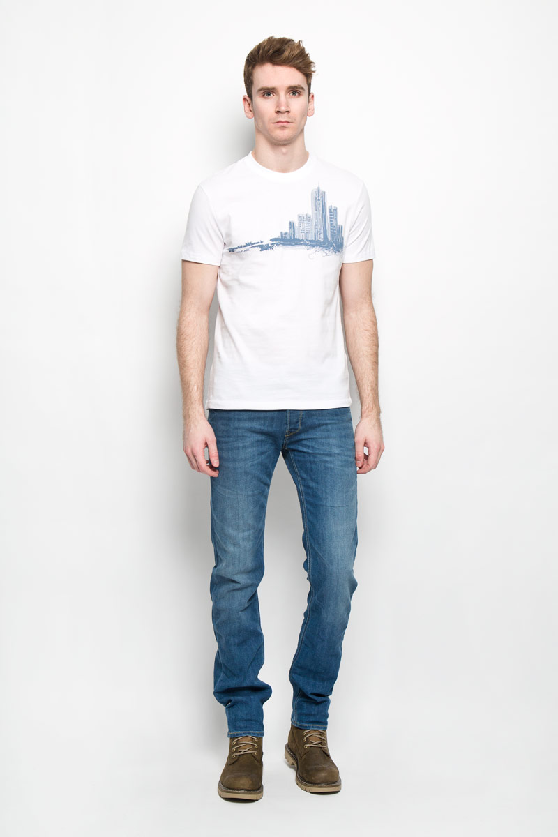Футболка мужская Finn Flare, цвет: белый, серый. B16-42014. Размер XL (52)B16-42014Стильная мужская футболка Finn Flare, выполненная из натурального хлопка, необычайно мягкая и приятная на ощупь, не сковывает движения и позволяет коже дышать, обеспечивая комфорт. Модель с круглым вырезом горловины и короткими рукавами спереди оформлена изображением силуэта городских высоток. Вырез горловины дополнен эластичной трикотажной резинкой, что предотвращает деформацию при носке. Футболка Finn Flare станет отличным дополнением к вашему гардеробу.