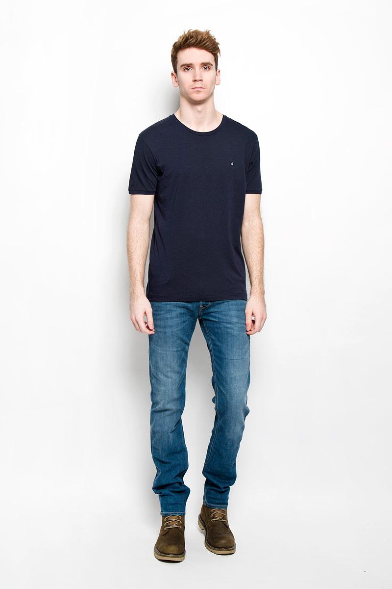 Футболка мужская Calvin Klein Jeans, цвет: темно-синий. J3EJ303835. Размер XXL (52/54)W1217769VСтильная мужская футболка Calvin Klein Jeans, выполненная из натурального хлопка, необычайно мягкая и приятная на ощупь, не сковывает движения и позволяет коже дышать, обеспечивая комфорт. Модель с круглым вырезом горловины и короткими рукавами на груди оформлена вышитыми буквами ck. Вырез горловины дополнен эластичной трикотажной резинкой, что предотвращает деформацию при носке. Футболка Calvin Klein Jeans станет отличным дополнением к вашему гардеробу.