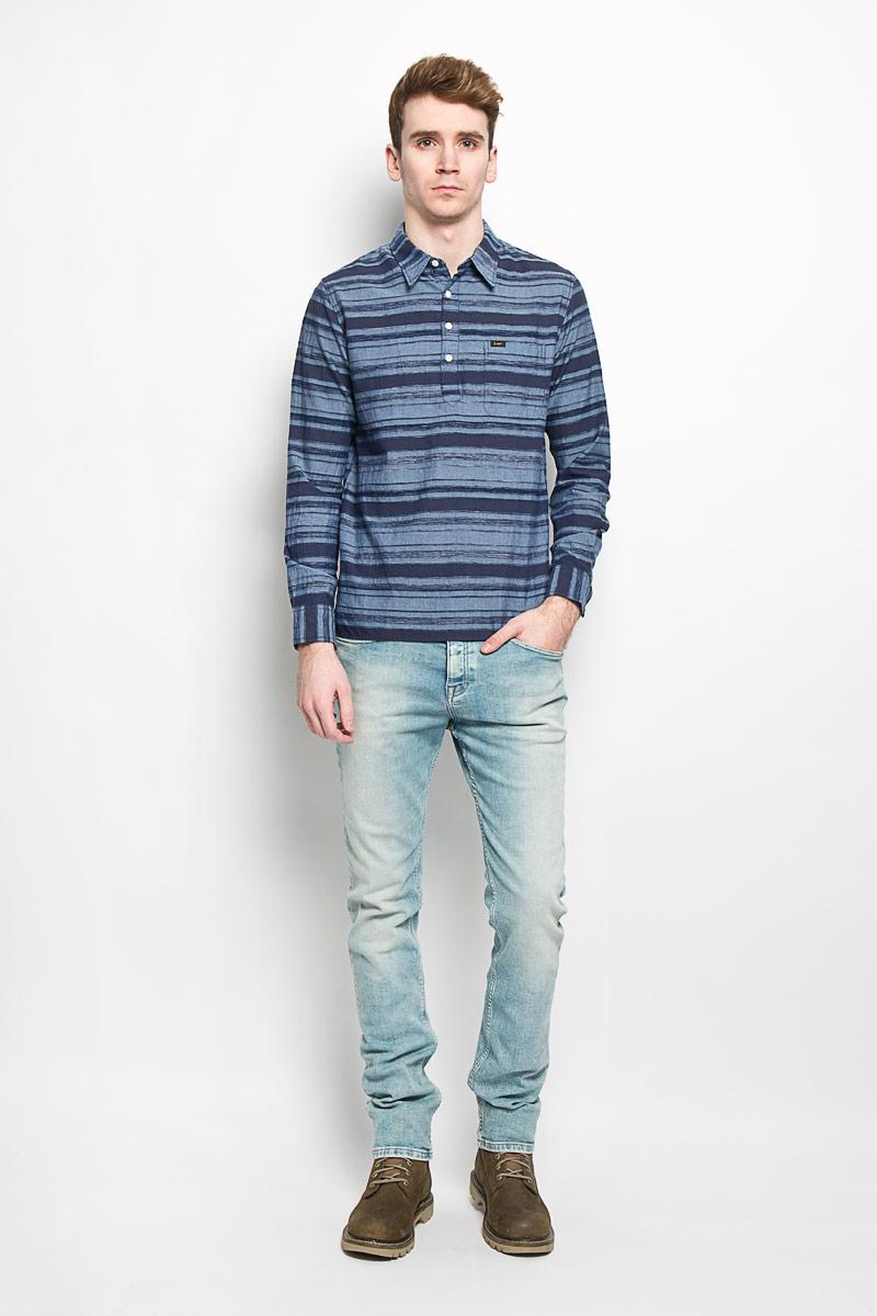 Рубашка мужская Lee, цвет: темно-синий, голубой. L66SZTCF. Размер M (48)L66SZTCFМужская рубашка Lee, изготовленная из натурального хлопка, подчеркнет ваш уникальный стиль. Изделие легкое, очень мягкое и приятное на ощупь, не сковывает движения и позволяет коже дышать, обеспечивая наибольший комфорт. Рубашка с отложным воротником и длинными рукавами застегивается сверху на пуговицы. На груди расположен накладной карман. Манжеты рукавов также застегиваются на пуговицы. Спинка изделия немного удлинена, по бокам имеются небольшие разрезы. Модель оформлена полосками, украшена нашивкой с названием бренда.Стильная рубашка подарит вам комфорт в течение всего дня и займет достойное место в вашем гардеробе.