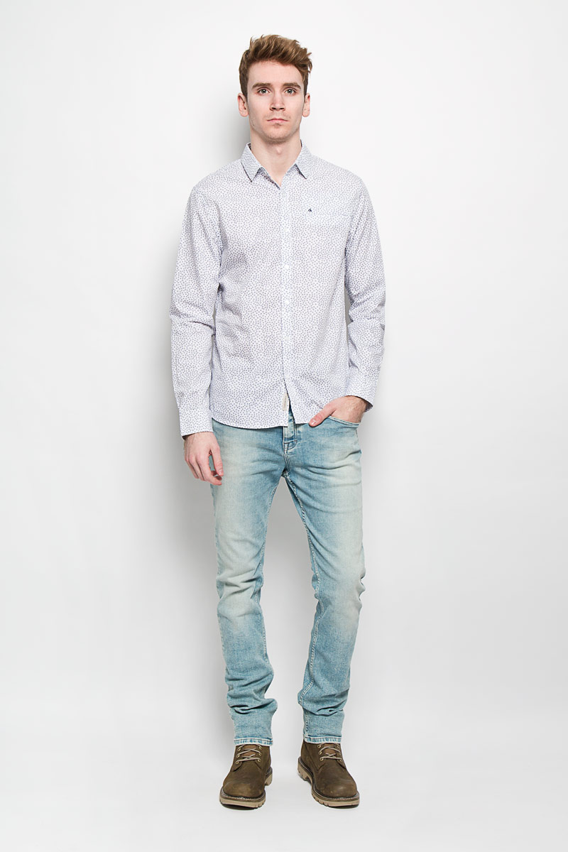 Рубашка мужская Calvin Klein Jeans, цвет: белый, темно-синий. J3IJ303554. Размер XL (50/52)L64CAI12Мужская рубашка Calvin Klein Jeans подчеркнет ваш уникальный стиль. Изготовленная из натурального хлопка, она мягкая и приятная на ощупь, не сковывает движения и позволяет коже дышать, обеспечивая наибольший комфорт. Рубашка с отложным воротником и длинными рукавами застегивается на пуговицы по всей длине. На груди расположен прорезной карман. Манжеты рукавов также застегиваются на пуговицы. Модель оформлена мелким принтом по всей поверхности, украшена вышитым логотипом бренда.Стильная рубашка подарит вам комфорт в течение всего дня и займет достойное место в вашем гардеробе.
