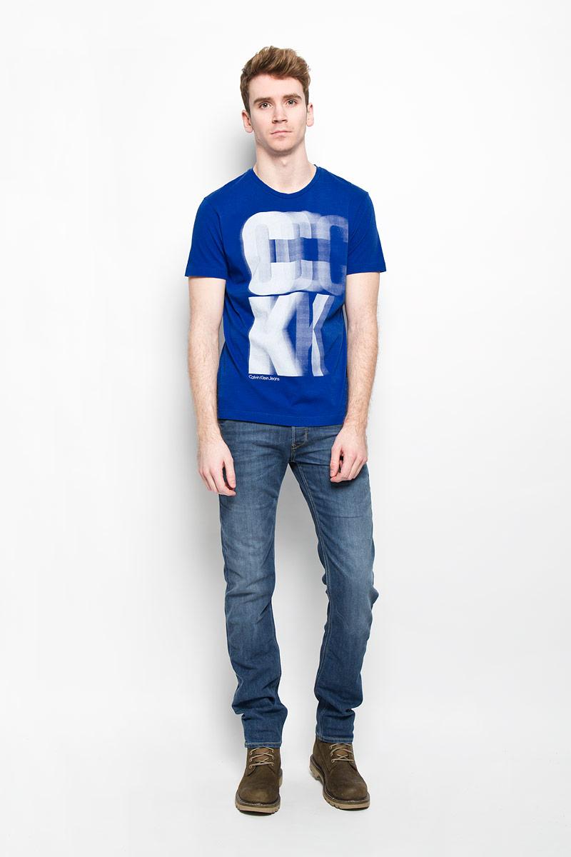 Футболка мужская Calvin Klein Jeans, цвет: синий. J3EJ303427. Размер L (50/52)J3EJ303427Стильная мужская футболка Calvin Klein, выполненная из высококачественного натурального хлопка, обладает высокой теплопроводностью, воздухопроницаемостью и гигроскопичностью, позволяет коже дышать и великолепно отводит влагу, оставляя тело сухим. Такая футболка превосходно подойдет для занятий спортом и активного отдыха.Модель с короткими рукавами и круглым вырезом горловины - идеальный вариант для создания образа в стиле Casual. Футболка декорирована крупным принтом с логотипом Calvin Klein.Такая модель подарит вам комфорт в течение всего дня и послужит замечательным дополнением к вашему гардеробу.