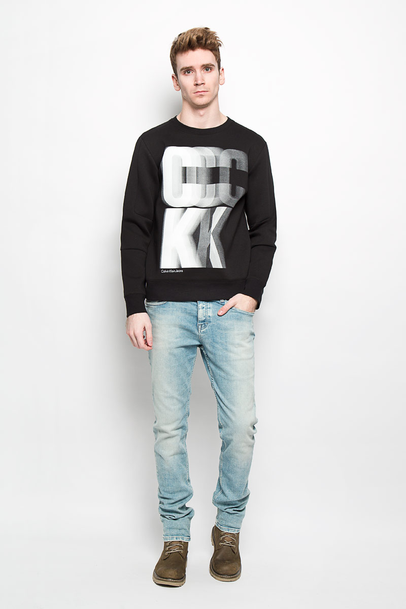Свитшот мужской Calvin Klein Jeans, цвет: черный. J3EJ303540. Размер M (46/48)MV-003Стильный мужской свитшот Calvin Klein, изготовленный из высококачественного натурального хлопка, мягкий и приятный на ощупь, не сковывает движений и обеспечивает наибольший комфорт. Материал на основе хлопка великолепно пропускает воздух, позволяя коже дышать, и обладает высокой гигроскопичностью.Модель с круглым вырезом горловины и длинными рукавами оформлена крупным стилизованным логотипом Calvin Klein спереди. Манжеты рукавов, воротник и низ изделия дополнены трикотажными резинками. Этот свитшот - настоящее воплощение комфорта, он послужит отличным дополнением к вашему гардеробу. В нем вы будете чувствовать себя уютно в прохладное время года.