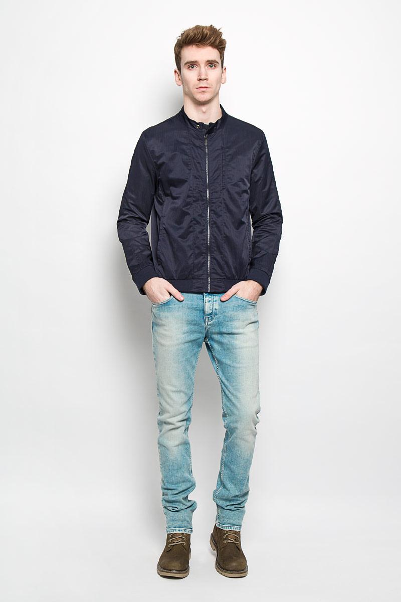 Куртка мужская Calvin Klein Jeans, цвет: темно-синий. J3EJ303374. Размер L (48/50)PM001-WHITEСтильная мужская куртка Calvin Klein Jeans, рассчитанная на прохладную погоду, поможет вам почувствовать себя максимально комфортно. Модель прямого кроя изготовлена из полиэстера с добавлением нейлона. Модель с подкладкой из полиэстера с перфорацией, застегивается по всей длине на пластиковую застежку-молнию. Вырез горловины дополнен небольшим воротником-стойкой, который застегивается на хлястик с кнопкой. Манжеты и низ изделия выполнены трикотажной резинкой, обеспечивая наилучшую защиту от ветра и холода. Модель дополнена прорезным карманом на кнопке на груди, а также двумя боковыми карманами на кнопках. С внутренней стороны изделия предусмотрен открытый карман. Куртка декорирована логотипом бренда на левом рукаве. Стильная и легкая куртка займет достойное место в вашем гардеробе.Модная фактура ткани, отличное качество, великолепный дизайн.