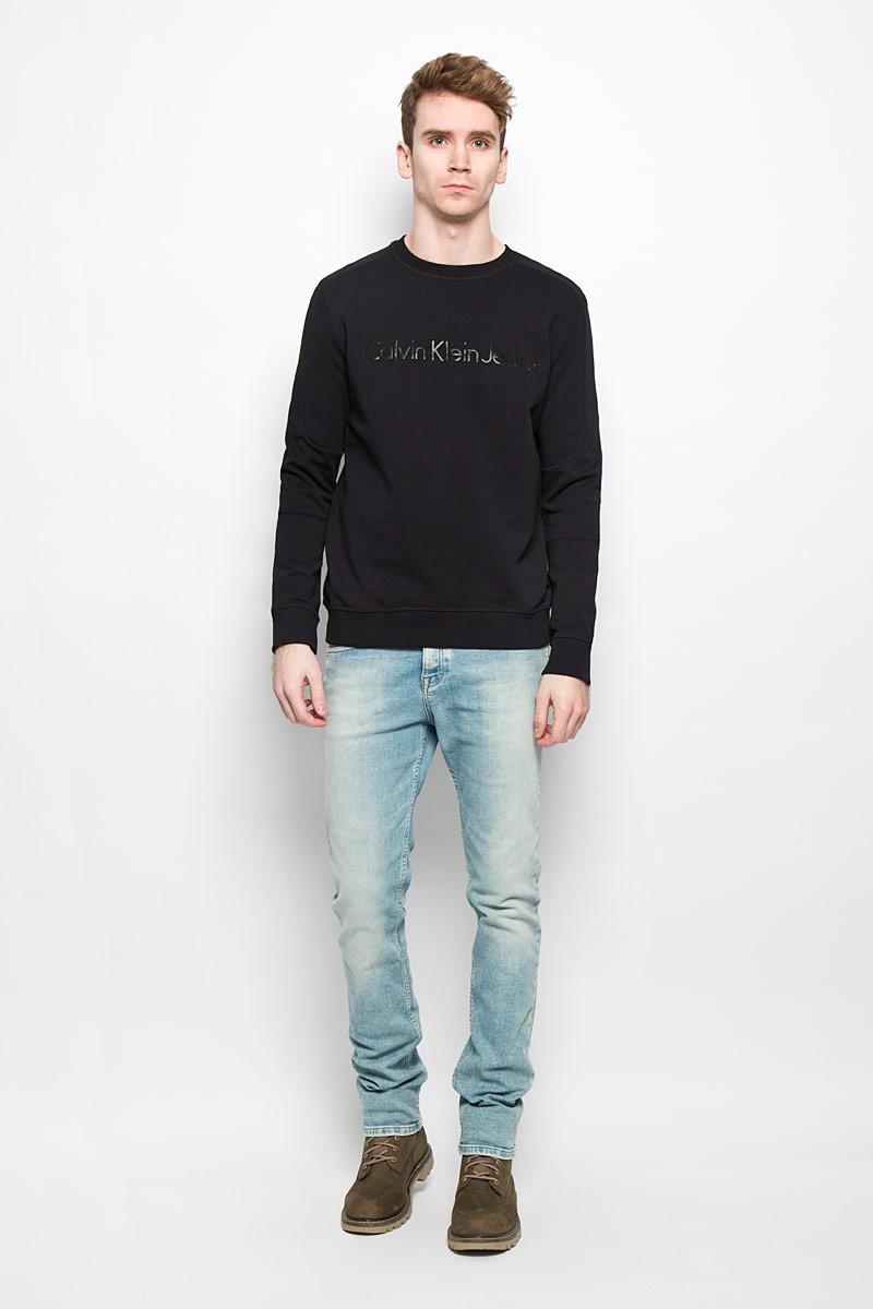 Свитшот мужской Calvin Klein Jeans, цвет: черный. J3EJ303541. Размер L (50/52)W59107M02Стильный мужской свитшот Calvin Klein, изготовленный из высококачественного натурального хлопка, мягкий и приятный на ощупь, не сковывает движений и обеспечивает наибольший комфорт. Материал на основе хлопка великолепно пропускает воздух, позволяя коже дышать, и обладает высокой гигроскопичностью.Модель с круглым вырезом горловины и длинными рукавами оформлена блестящей надписью Calvin Klein Jeans спереди. Манжеты рукавов, воротник и низ изделия дополнены трикотажными резинками. Этот свитшот - настоящее воплощение комфорта, он послужит отличным дополнением к вашему гардеробу. В нем вы будете чувствовать себя уютно в прохладное время года.