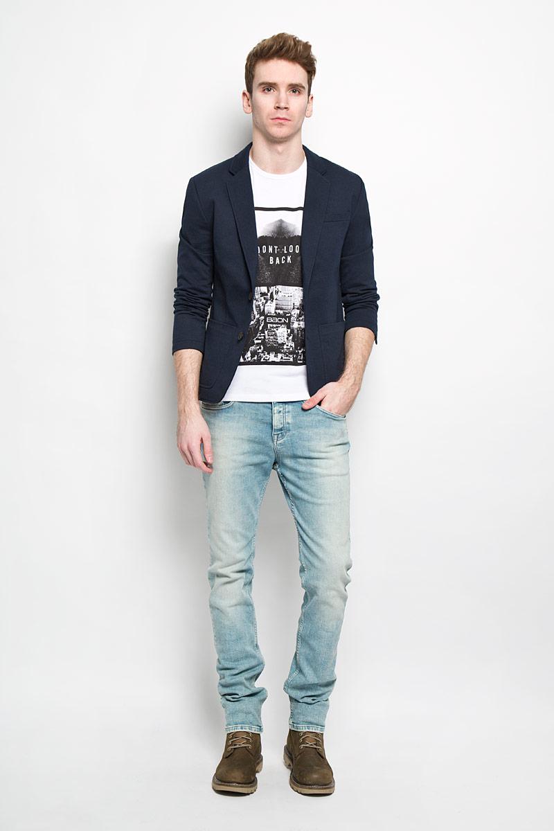 Пиджак мужской Baon, цвет: темно-синий. B626002. Размер XL (52)B626002Классический мужской пиджак Baon изготовлен из высококачественного материала на основе полиэстера с добавлением хлопка, благодаря чему он приятен на ощупь и обеспечит вам комфорт и удобство при носке. Подкладка пиджака выполнена из полиэстера с хлопком на передней части. Пиджак с воротником с лацканами и длинными рукавами застегивается на две пуговицы. Манжеты рукавов также дополнены декоративными пуговицами. Пиджак имеет прорезной карман на груди, два накладных кармана и два внутренних прорезных кармана, один из которых на пуговице. Спинка пиджака для более комфортной носки дополнена шлицей.Этот модный и в тоже время комфортный пиджак отличный вариант как для офиса, так и для повседневной носки. Он станет великолепным дополнением к вашему гардеробу, а благодаря классическому фасону, такой пиджак будет прекрасно сочетаться с любыми нарядами.