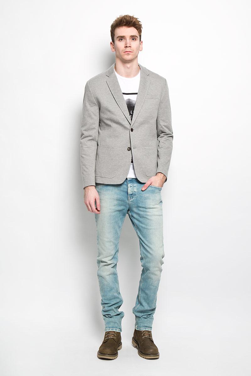 Пиджак мужской Baon, цвет: серый. B626002. Размер XL (52)B626002Классический мужской пиджак Baon изготовлен из высококачественного материала на основе полиэстера с добавлением хлопка, благодаря чему он приятен на ощупь и обеспечит вам комфорт и удобство при носке. Подкладка пиджака выполнена из полиэстера с хлопком на передней части. Пиджак с воротником с лацканами и длинными рукавами застегивается на две пуговицы. Манжеты рукавов также дополнены декоративными пуговицами. Пиджак имеет прорезной карман на груди, два накладных кармана и два внутренних прорезных кармана, один из которых на пуговице. Спинка пиджака для более комфортной носки дополнена шлицей.Этот модный и в тоже время комфортный пиджак отличный вариант как для офиса, так и для повседневной носки. Он станет великолепным дополнением к вашему гардеробу, а благодаря классическому фасону, такой пиджак будет прекрасно сочетаться с любыми нарядами.