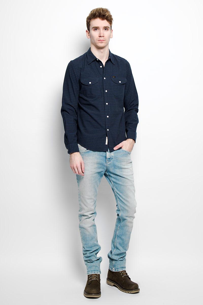 Рубашка мужская Lee, цвет: темно-синий. L866ZICF. Размер S (46)L866ZICFСтильная мужская рубашка Lee, выполненная из натурального хлопка, мягкая и приятная на ощупь, не сковывает движения и позволяет коже дышать, обеспечивая комфорт. Модель с отложным воротником и длинными рукавами застегивается на пластиковые пуговицы по всей длине. Спереди модельдополнена двумя накладными нагрудным карманами с клапанами на пуговицах.Изделие оформлено прострочкой из нитей трех цветов.Эта модная и удобная рубашка послужит отличным дополнением к вашему гардеробу.