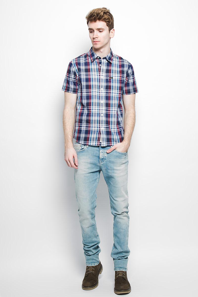 Рубашка мужская Lee, цвет: темно-синий, красный, серый. L886ZN35. Размер S (46)L886ZN35Стильная мужская рубашка Lee, выполненная из натурального хлопка, мягкая и приятная на ощупь, не сковывает движения и позволяет кожедышать, обеспечивая комфорт. Модель с отложным воротником и короткими рукавами застегивается на пластиковые пуговицы по всей длине. Спереди модель дополнена накладным нагрудным карманом. Изделие оформлено принтом в клетку.Эта модная и удобная рубашка послужит отличным дополнением к вашему гардеробу.
