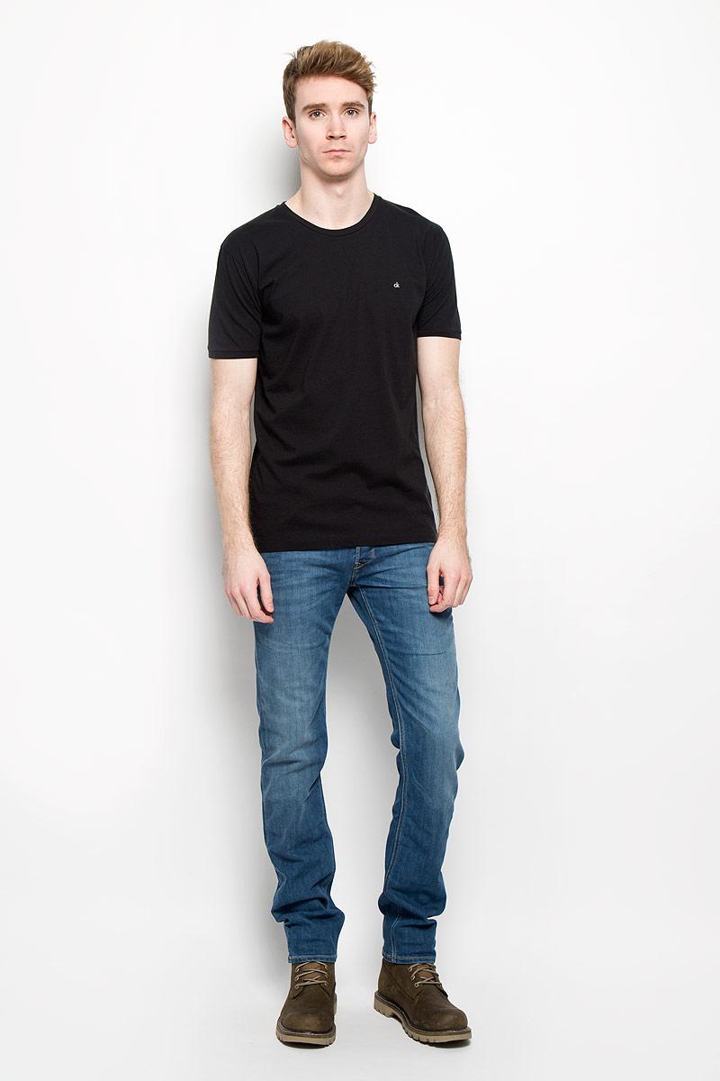 Футболка мужская Calvin Klein Jeans, цвет: черный. J3EJ303835. Размер XL (50/52)J3EJ303835Стильная мужская футболка Calvin Klein Jeans, выполненная из натурального хлопка, необычайно мягкая и приятная на ощупь, не сковывает движения и позволяет коже дышать, обеспечивая комфорт. Модель с круглым вырезом горловины и короткими рукавами на груди оформлена вышитыми буквами ck. Вырез горловины дополнен эластичной трикотажной резинкой, что предотвращает деформацию при носке. Футболка Calvin Klein Jeans станет отличным дополнением к вашему гардеробу.
