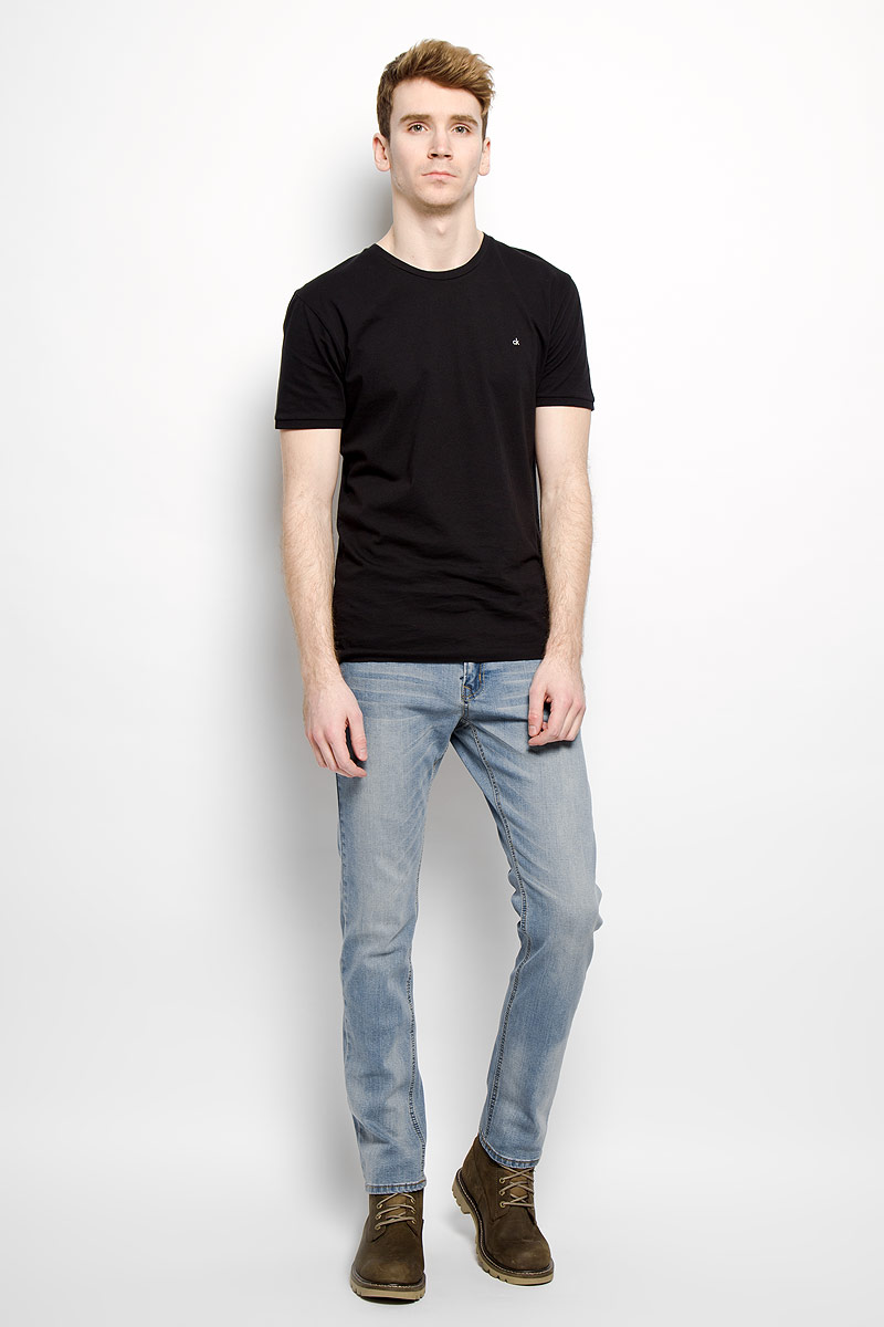 Джинсы мужские Top Secret, цвет: голубой. SSP2130NI. Размер 33-34 (48/50-34)SSP2130NIСтильные мужские джинсы Top Secret - джинсы высочайшего качества на каждый день, которые прекрасно сидят. Модель классического кроя и средней посадки изготовлена из высококачественного хлопка с добавлением эластана. Застегиваются джинсы на пуговицу в поясе и ширинку на молнии, имеются шлевки для ремня. Спереди модель дополнена двумя втачными карманами и одним небольшим секретным кармашком, а сзади - двумя накладными карманами. Джинсы оформлены контрастной отстрочкой, выбеленными складками-атари и легким эффектом потертости. Эти модные и в тоже время комфортные джинсы послужат отличным дополнением к вашему гардеробу. В них вы всегда будете чувствовать себя уютно и комфортно.