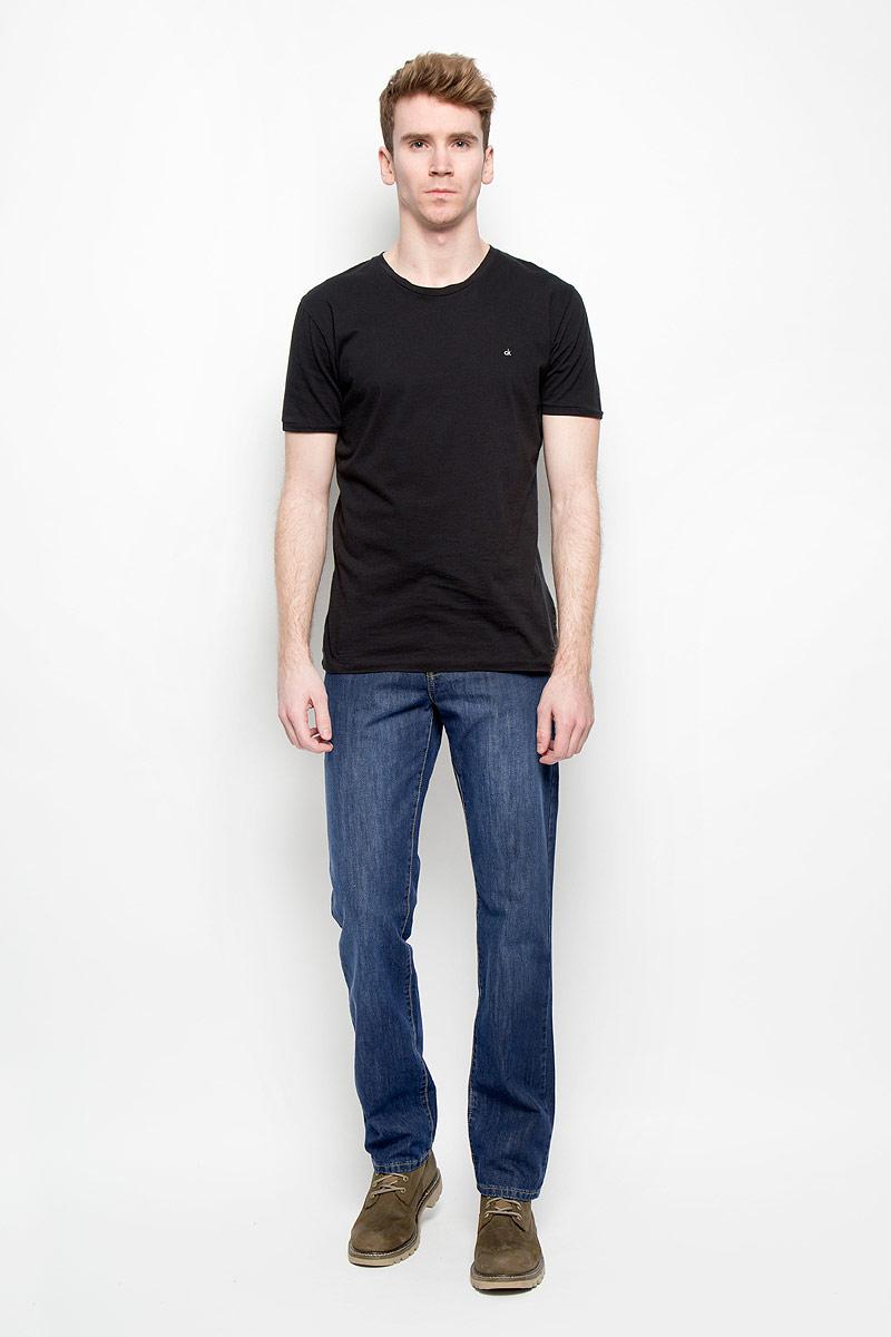 Джинсы мужские F5, цвет: темно-синий. 0965_w.medium. Размер 32-34 (48-34)0965_w.mediumСтильные мужские джинсы F5 прямого кроя и средней посадки изготовлены из 100% хлопка, не сковывают движения. Модель оформлена эффектом потертости. Застегиваются джинсы на пуговицу в поясе и ширинку на застежке-молнии, имеются шлевки для ремня. Спереди модель дополнена двумя втачными карманами и одним небольшим секретным кармашком, а сзади - двумя накладными карманами.Эти модные и в тоже время комфортные джинсы послужат отличным дополнением к вашему гардеробу. В них вы будете чувствовать себя уютно и комфортно.