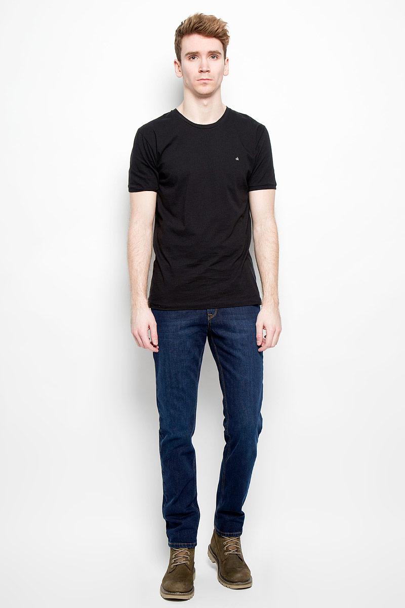 Джинсы мужские F5, цвет: темно-синий. 09543/51553_w.dark. Размер 32-34 (48-34)09543/51553_w.darkСтильные мужские джинсы F5 - джинсы высочайшего качества на каждый день, которые прекрасно сидят. Модель классического кроя и средней посадки изготовлена из высококачественного хлопка с добавлением эластана. Застегиваются джинсы на пуговицу в поясе и ширинку на молнии, имеются шлевки для ремня. Спереди модель дополнена двумя втачными карманами и одним небольшим секретным кармашком, а сзади - двумя накладными карманами. Джинсы оформлены контрастной отстрочкой. Эти модные и в тоже время комфортные джинсы послужат отличным дополнением к вашему гардеробу. В них вы всегда будете чувствовать себя уютно и комфортно.