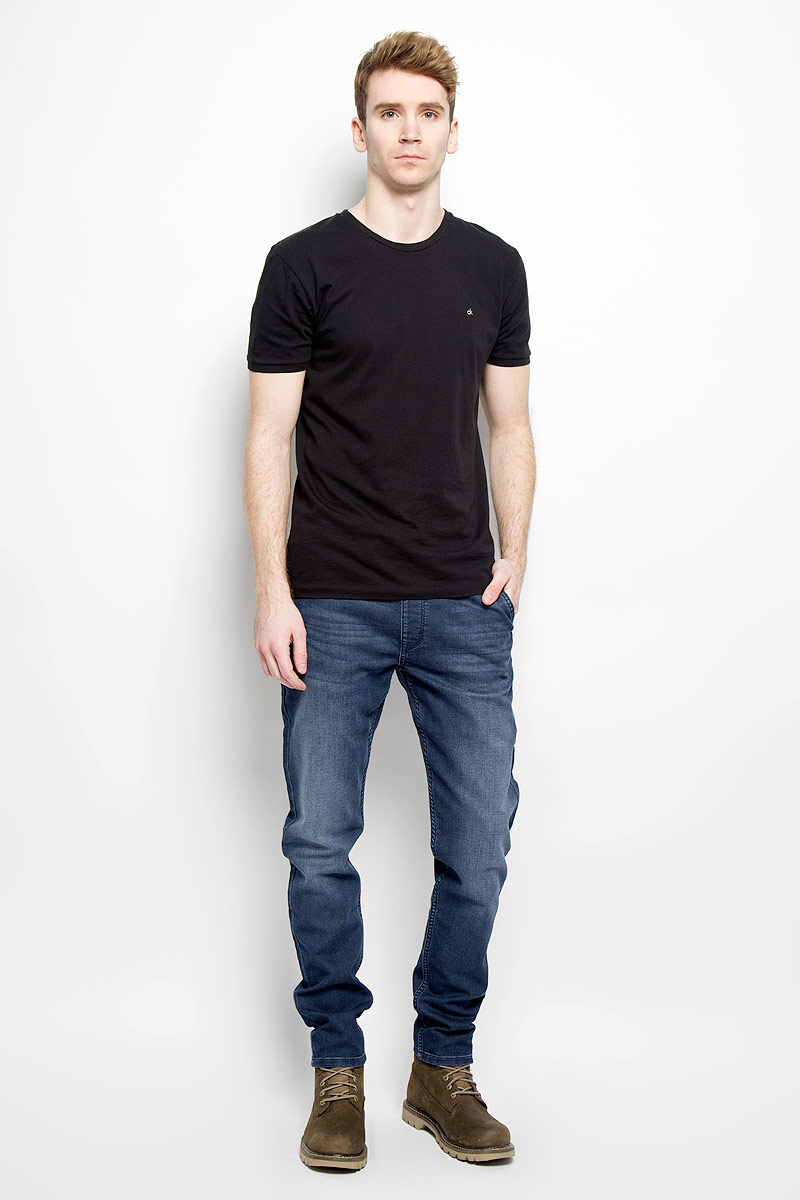 Джинсы мужские Wrangler, цвет: синий. W16DAC70I. Размер 32-32 (48-32)W16DAC70IСтильные мужские джинсы Wrangler - джинсы высочайшего качества на каждый день, которые прекрасно сидят. Модель свободного кроя и средней посадки изготовлена из высококачественного хлопка с добавлением полиэстера и эластана. Джинсы на эластичной резинке в поясе дополнительно завязываются на текстильный шнурок. Спереди модель дополнена двумя втачными карманами и одним небольшим секретным кармашком, а сзади - двумя втачными карманами с клапанами на пуговицах. Эти модные и в тоже время комфортные джинсы послужат отличным дополнением к вашему гардеробу. В них вы всегда будете чувствовать себя уютно и комфортно.