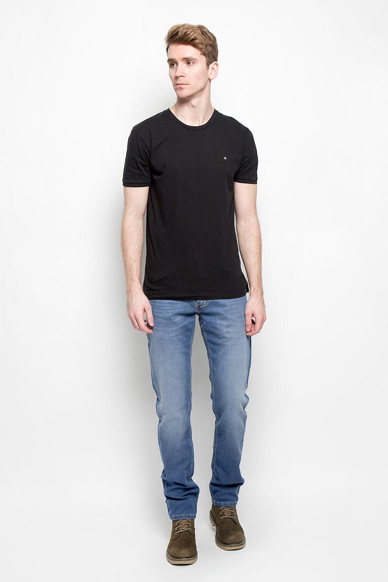 Джинсы мужские Wrangler, цвет: синий. W15QAC70E. Размер 34-34 (50-34)W15QAC70EМодные мужские джинсы Wrangler - это джинсы высочайшего качества, которые прекрасно сидят. Они выполнены из высококачественного эластичного хлопка с добавлением полиэстера, что обеспечивает комфорт и удобство при носке. Классические прямые джинсы стандартной посадки станут отличным дополнением к вашему современному образу. Джинсы застегиваются на пуговицу в поясе и ширинку на застежке-молнии, имеются шлевки для ремня. Джинсы имеют классический пятикарманный крой: спереди модель оформлена двумя втачными карманами и одним маленьким накладным кармашком, а сзади - двумя накладными карманами. Джинсы изготовлены по специальной технологии, они обеспечат вам комфорт, сравнимый со спортивной одеждой.Эти модные и в тоже время комфортные джинсы послужат отличным дополнением к вашему гардеробу.