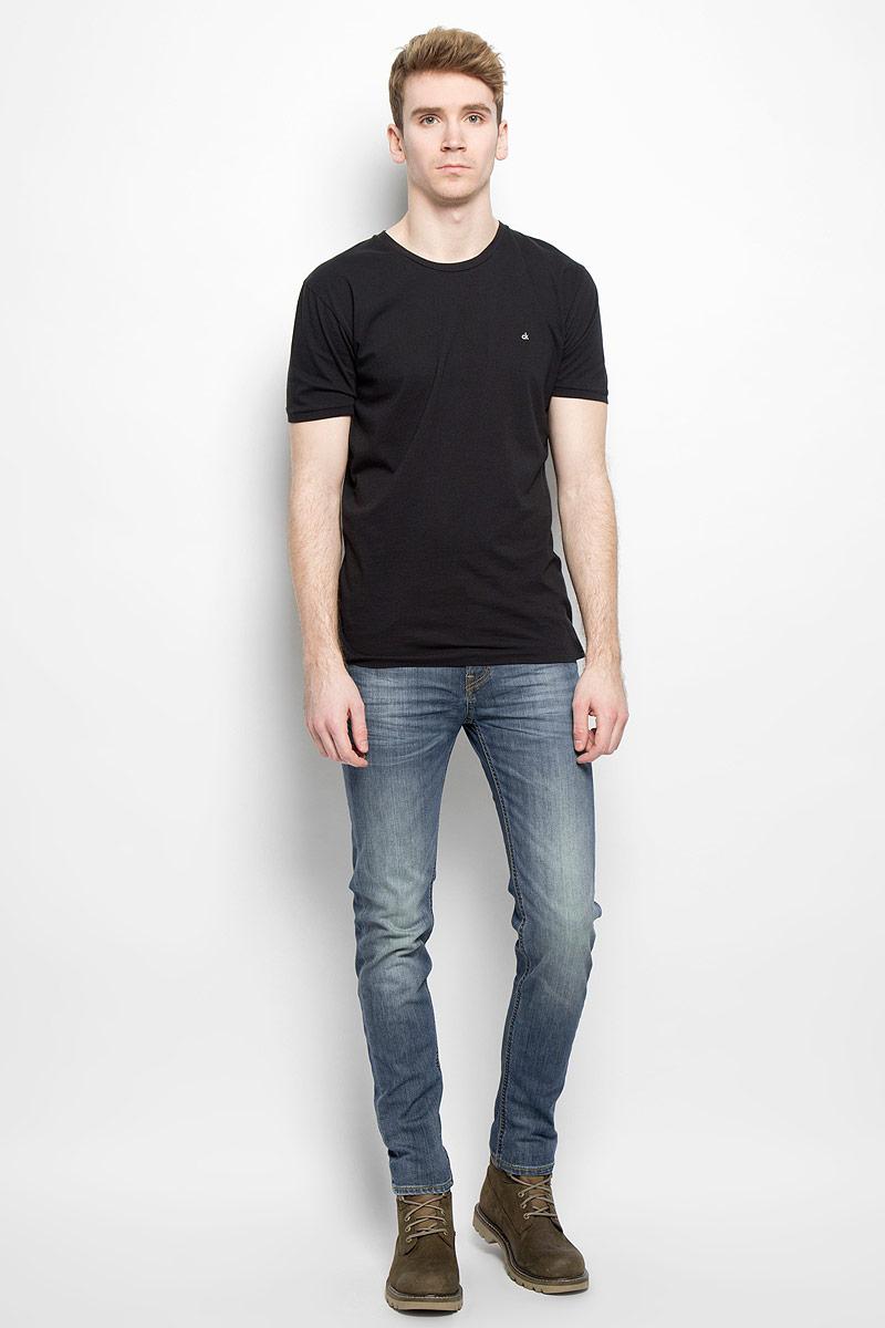 Джинсы мужские Lee Arvin, цвет: синий. L732QAPZ. Размер 30-34 (46-34)L732QAPZСтильные мужские джинсы Lee Arvin - джинсы высочайшего качества на каждый день, которые прекрасно сидят. Модель классического кроя и средней посадки изготовлена из высококачественного хлопка с добавлением эластана. Застегиваются джинсы на пуговицу в поясе и ширинку на молнии, имеются шлевки для ремня. Спереди модель дополнена двумя втачными карманами и одним небольшим секретным кармашком, а сзади - двумя накладными карманами. Джинсы оформлены контрастной отстрочкой и легким эффектом потертости. Эти модные и в тоже время комфортные джинсы послужат отличным дополнением к вашему гардеробу. В них вы всегда будете чувствовать себя уютно и комфортно.