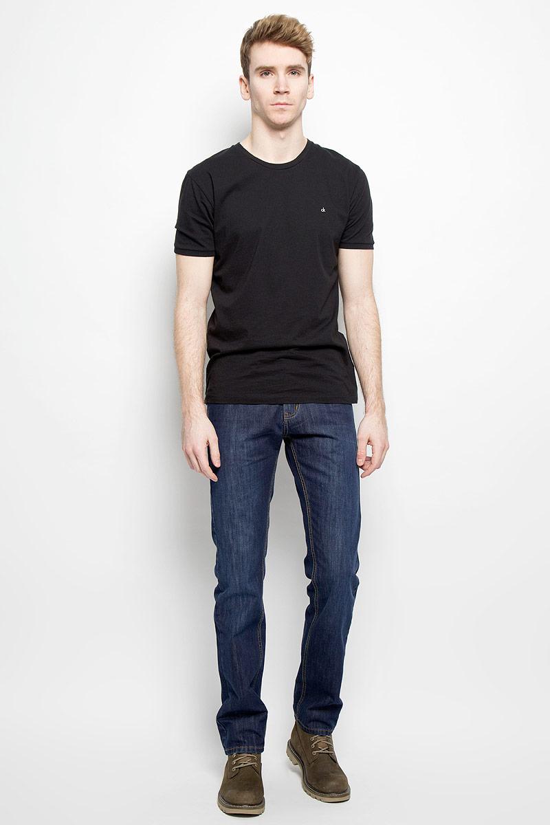 Джинсы мужские F5, цвет: синий. 09348/51664 _w.dark. Размер 32-34 (48-34)09348/51664 _w.darkСтильные мужские джинсы F5 - джинсы высочайшего качества на каждый день, которые прекрасно сидят. Модель классического кроя и средней посадки изготовлена из высококачественного хлопка. Застегиваются джинсы на пуговицу в поясе и ширинку на молнии, имеются шлевки для ремня. Спереди модель дополнена двумя втачными карманами и одним небольшим секретным кармашком, а сзади - двумя накладными карманами. Джинсы оформлены контрастной отстрочкой. Эти модные и в тоже время комфортные джинсы послужат отличным дополнением к вашему гардеробу. В них вы всегда будете чувствовать себя уютно и комфортно.