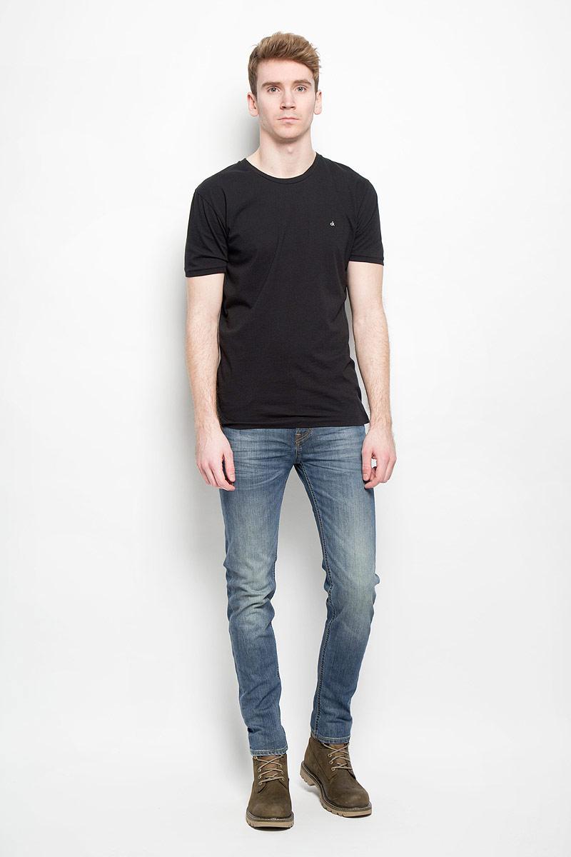 Джинсы мужские Lee Arvin, цвет: синий. L732QAPZ. Размер 29-32 (44/46-32)L732QAPZСтильные мужские джинсы Lee Arvin - джинсы высочайшего качества на каждый день, которые прекрасно сидят. Модель классического кроя и средней посадки изготовлена из высококачественного хлопка с добавлением эластана. Застегиваются джинсы на пуговицу в поясе и ширинку на молнии, имеются шлевки для ремня. Спереди модель дополнена двумя втачными карманами и одним небольшим секретным кармашком, а сзади - двумя накладными карманами. Джинсы оформлены контрастной отстрочкой и легким эффектом потертости. Эти модные и в тоже время комфортные джинсы послужат отличным дополнением к вашему гардеробу. В них вы всегда будете чувствовать себя уютно и комфортно.