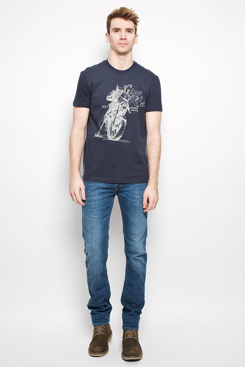 Футболка мужская Finn Flare, цвет: темно-синий. B16-22020. Размер XL (52)B16-22020Стильная мужская футболка Finn Flare, выполненная из натурального хлопка, необычайно мягкая и приятная на ощупь, не сковывает движения и позволяет коже дышать, обеспечивая комфорт. Модель с круглым вырезом горловины и короткими рукавами спереди оформлена оригинальным принтом. Вырез горловины дополнен трикотажной эластичной резинкой, что предотвращает деформацию при носке. Футболка Finn Flare станет отличным дополнением к вашему гардеробу.