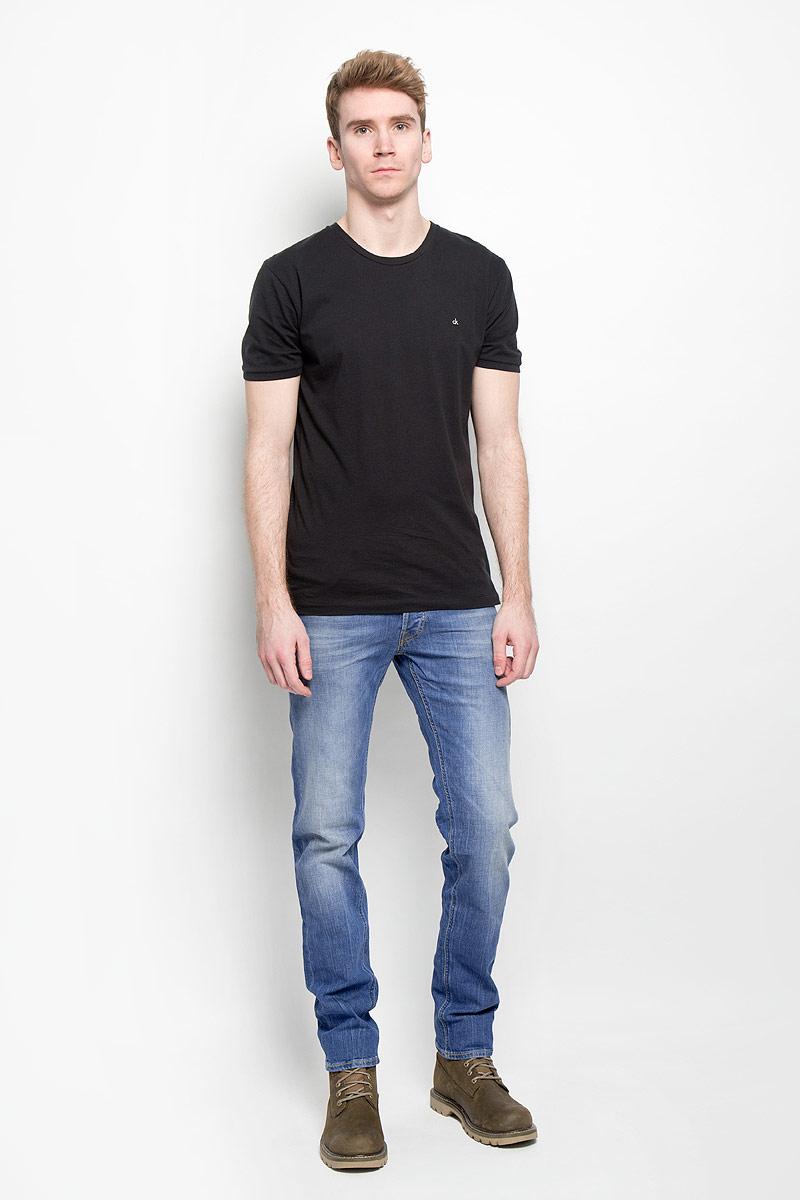 Джинсы мужские Lee Luke, цвет: голубой. L719BCQD. Размер 32-34 (48-34)L719BCQDМодные мужские джинсы Lee Luke - джинсы высочайшего качества на каждый день, которые прекрасно сидят.Модель зауженного к низу кроя и заниженной посадки изготовлена из эластичного хлопка. Застегиваются джинсы на пуговицу в поясе и ширинку на молнии, также имеются шлевки для ремня.Джинсы имеют классический пятикарманный крой: спереди модель дополнена двумя втачными карманами и одним маленьким накладным кармашком, а сзади - двумя накладными карманами. Оформлено изделие эффектом потертости, металлическими клепками с логотипом бренда, контрастной прострочкой и фирменной нашивкой на поясе.Современный дизайн, отличное качество и расцветка делают эти джинсы модной и удобной моделью, которая подарит вам комфорт в течение всего дня. Эти стильные и в то же время комфортные джинсы послужат отличным дополнением к вашему гардеробу.