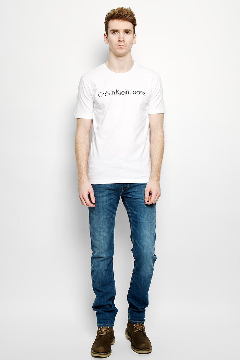 Футболка мужская Calvin Klein Jeans, цвет: белый. J3EJ303543. Размер XL (50/52)L732QAPZСтильная мужская футболка Calvin Klein Jeans, выполненная из эластичного хлопка, необычайно мягкая и приятная на ощупь, не сковывает движения и позволяет коже дышать, обеспечивая комфорт. Модель с круглым вырезом горловины и короткими рукавами спереди оформлена надписью Calvin Klein Jeans. Вырез горловины дополнен трикотажной эластичной резинкой, что предотвращает деформацию при носке. Футболка Calvin Klein Jeans станет отличным дополнением к вашему гардеробу.
