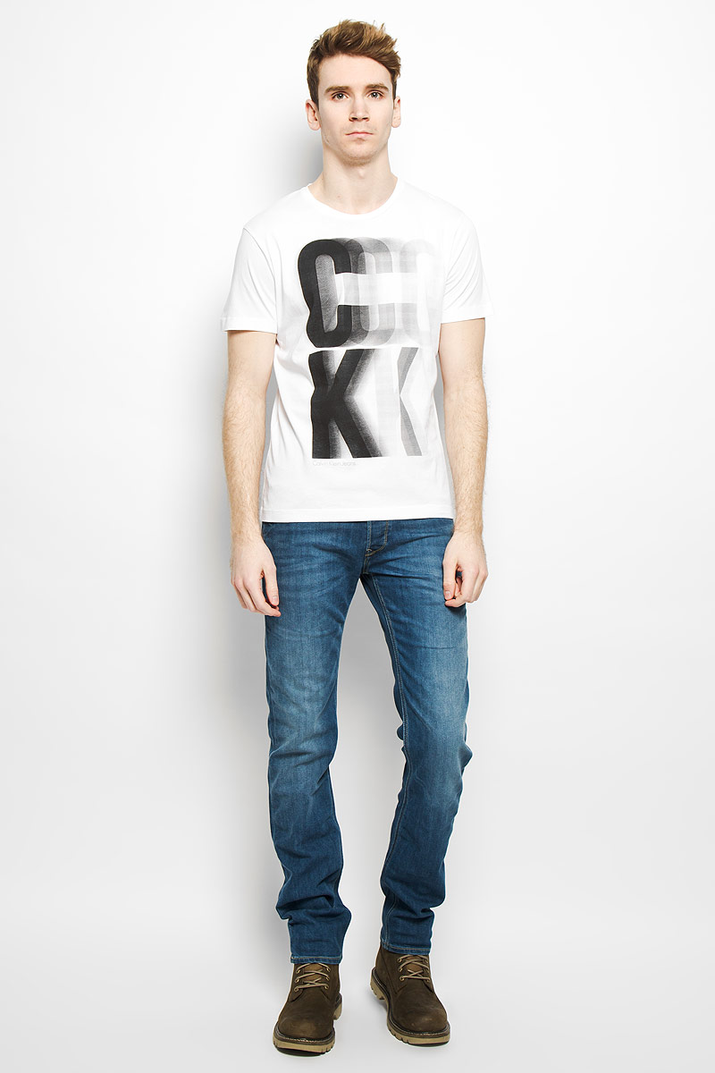 Футболка мужская Calvin Klein Jeans, цвет: белый. J3EJ303427. Размер L (50/52)PM001-WHITEСтильная мужская футболка Calvin Klein, выполненная из высококачественного натурального хлопка, обладает высокой теплопроводностью, воздухопроницаемостью и гигроскопичностью, позволяет коже дышать и великолепно отводит влагу, оставляя тело сухим. Такая футболка превосходно подойдет для занятий спортом и активного отдыха.Модель с короткими рукавами и круглым вырезом горловины - идеальный вариант для создания образа в стиле Casual. Футболка декорирована крупным принтом с логотипом Calvin Klein.Такая модель подарит вам комфорт в течение всего дня и послужит замечательным дополнением к вашему гардеробу.