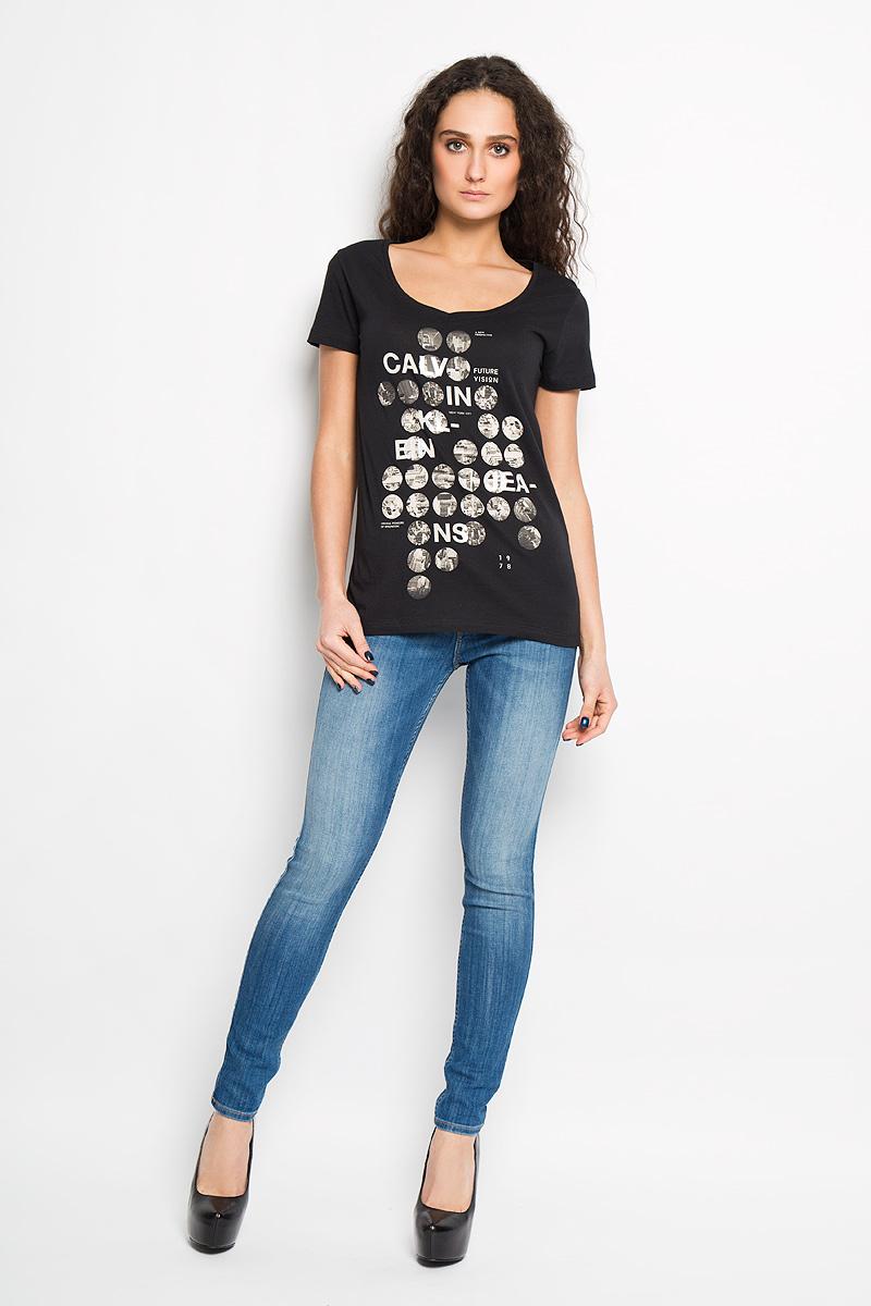 Футболка женская Calvin Klein Jeans, цвет: черный. J2IJ203911. Размер S (42)W26U9372TПотрясающая женская футболка Calvin Klein Jeans выполнена в современном городском стиле. Модель, изготовленная из высококачественного 100% хлопка, не сковывает движения и позволяет коже дышать, обеспечивая наибольший комфорт. Футболка приталенного кроя с V-образным вырезом горловины оформлена оригинальным принтом.Идеальный вариант для тех, кто ценит комфорт и качество.