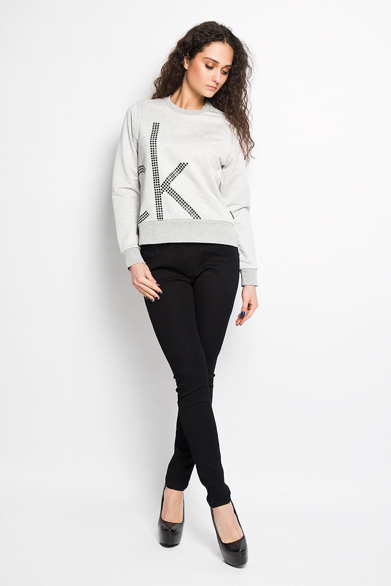 Джемпер женский Calvin Klein Jeans, цвет: серый. J2EJ203886. Размер XL (50/52)J2EJ203886Стильный женский джемпер от Calvin Klein Jeans, выполненный из высококачественного материала, будет отличным дополнением в вашем гардеробе. Модель прямого кроя с длинными рукавами и круглым вырезом горловины оформлена оригинальным принтом. Вырез горловины, манжеты и низ кофты выполнены вязкой резинка. Джемпер по бокам оформлен небольшими разрезами.Классический покрой, лаконичный дизайн, безукоризненное качество. Идеальный вариант для тех, кто ценит комфорт и качество.