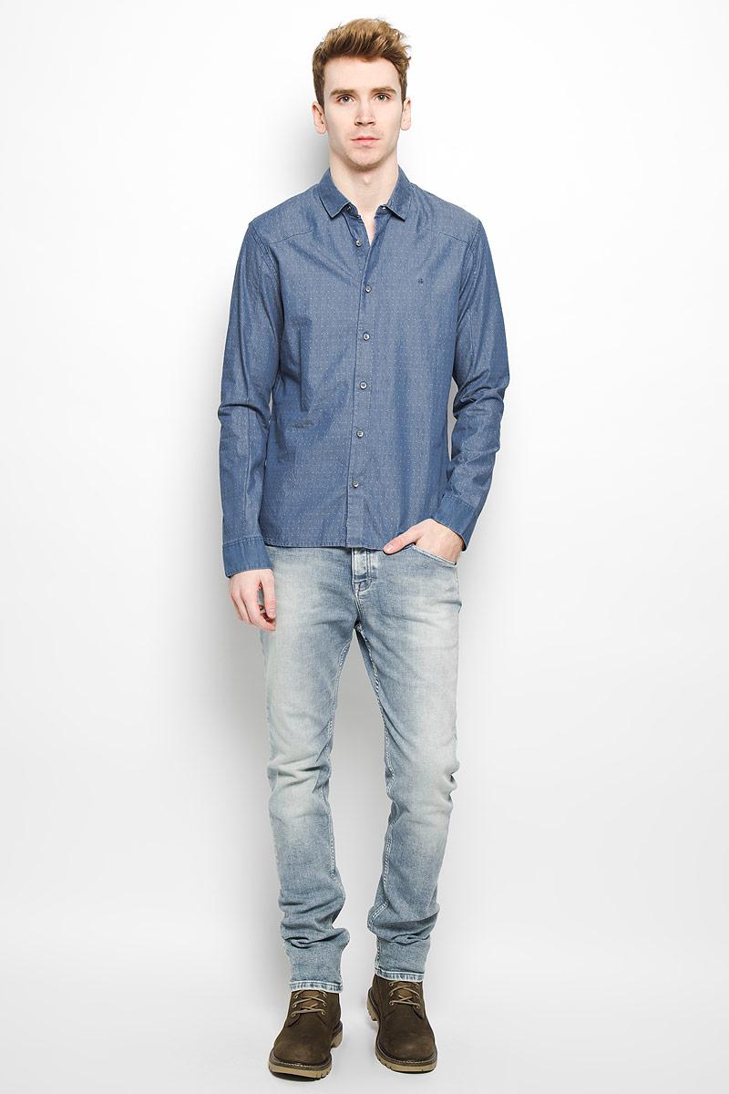 Рубашка мужская Calvin Klein Jeans, цвет: голубой. J3IJ303474. Размер M (46/48)L37221500Джинсовая мужская рубашка Calvin Klein Jeans, выполненная из натурального хлопка, мягкая и приятная на ощупь, не сковывает движения и позволяет кожедышать, обеспечивая комфорт. Модель с отложным воротником и длинными рукавами застегивается на пластиковые пуговицы по всей длине. Манжеты также застегиваются на пуговицы. На груди модель оформлена вышитыми буквами ck.Эта модная и удобная рубашка послужит отличным дополнением к вашему гардеробу.