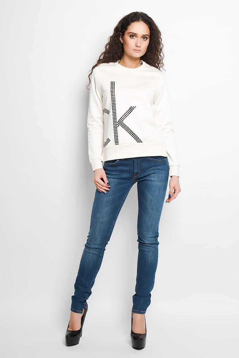 Джемпер женский Calvin Klein Jeans, цвет: молочный. J2EJ203886. Размер M (44/46)MV006-BABYBLUEСтильный женский джемпер от Calvin Klein Jeans, выполненный из высококачественного материала, будет отличным дополнением в вашем гардеробе. Модель прямого кроя с длинными рукавами и круглым вырезом горловины оформлена оригинальным принтом. Вырез горловины, манжеты и низ кофты выполнены вязкой резинка. Джемпер по бокам оформлен небольшими разрезами.Классический покрой, лаконичный дизайн, безукоризненное качество. Идеальный вариант для тех, кто ценит комфорт и качество.