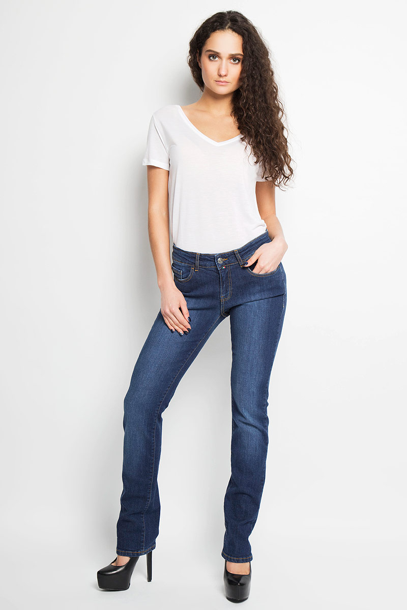 Джинсы женские F5, цвет: синий. 19202/51553_w.dark. Размер 29-32 (44/46-32)19202/51553_w.darkСтильные женские джинсы F5 - это джинсы высочайшего качества, которые прекрасно сидят. Они выполнены из высококачественного эластичного хлопка, что обеспечивает комфорт и удобство при носке. Классические прямые джинсы стандартной посадки станут отличным дополнением к вашему современному образу. Джинсы застегиваются на пуговицу в поясе и ширинку на застежке-молнии, имеются шлевки для ремня. Джинсы имеют классический пятикарманный крой: спереди модель оформлена двумя втачными карманами и одним маленьким накладным кармашком, а сзади - двумя накладными карманами. Модель оформлена вышивкой на карманах сзади.Эти модные и в тоже время комфортные джинсы послужат отличным дополнением к вашему гардеробу.