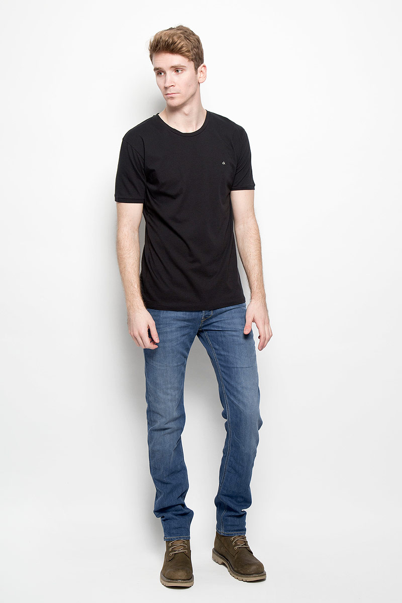 Джинсы мужские Lee Powell, цвет: синий. L704AAUI. Размер 33-34 (48/50-34)L704AAUIМужские джинсы Lee Powell идеально подойдут вам для отдыха и прогулок. Изготовленные из эластичного хлопка, они мягкие и приятные на ощупь, не сковывают движения и позволяют коже дышать, обеспечивая наибольший комфорт. Модель застегивается на металлические пуговицы, имеет ширинку и шлевки для ремня. Спереди расположены два втачных кармана и один маленький накладной, а сзади - два накладных кармана. Изделие с эффектом потертости оформлено прострочкой и перманентными складками.Современный дизайн и расцветка делают эти джинсы модным и стильным предметом мужской одежды. Такая модель подарит вам комфорт в течение всего дня.