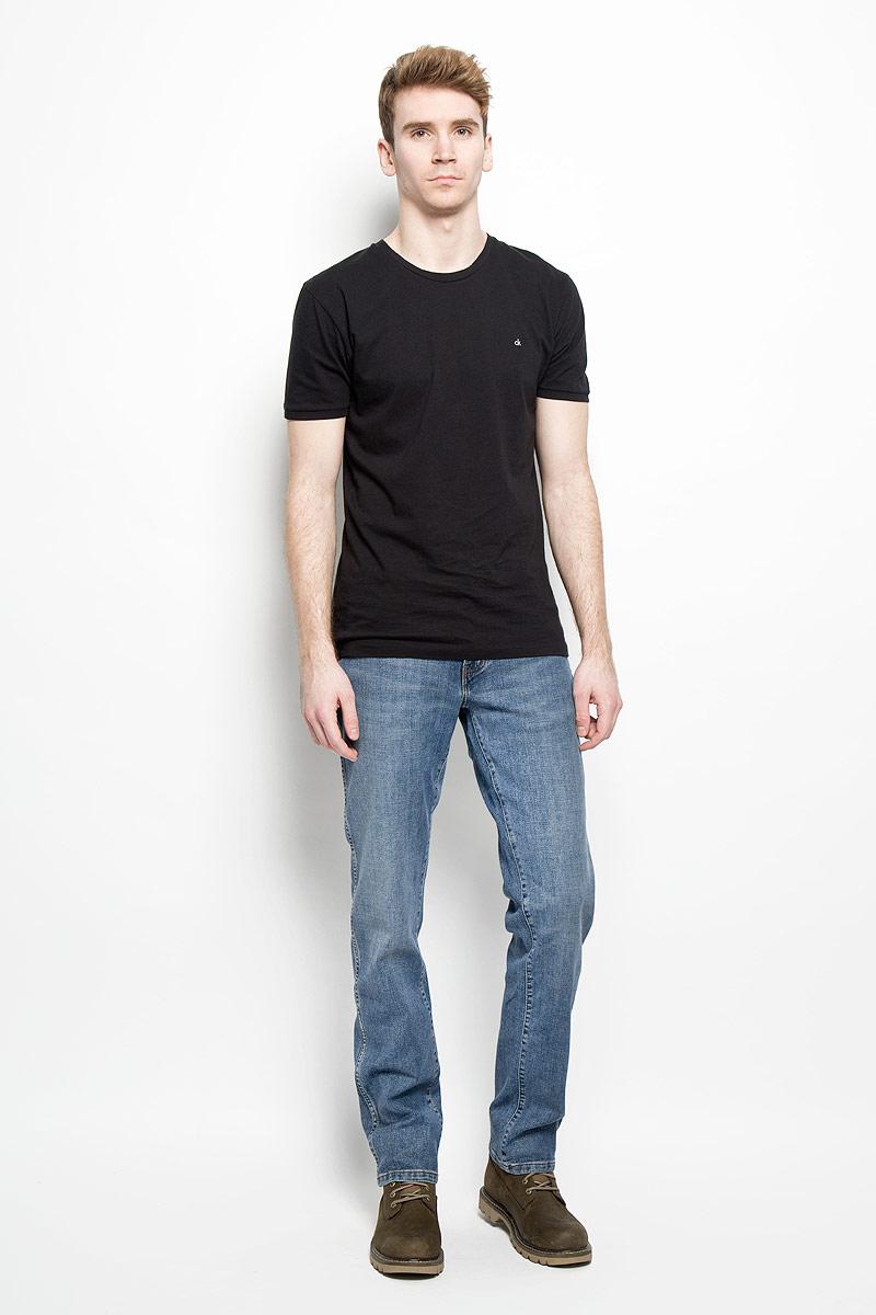 Джинсы мужские Wrangler Texas Stretch, цвет: синий. W1217769V. Размер 32-34 (48-34)W1217769VМужские джинсы Wrangler Texas Stretch станут отличным дополнением к вашему гардеробу. Изделие выполнено из водоотталкивающей ткани, которая препятствует быстрому намоканию. Джинсы приятные на ощупь, не сковывают движения и позволяют коже дышать, обеспечивая наибольший комфорт.Модель на поясе застегивается на металлическую пуговицу и имеет ширинку на застежке-молнии, а также шлевки для ремня. Спереди расположены два втачных кармана и один маленький накладной, а сзади - два накладных кармана. Изделие с легким эффектом потертости оформлено прострочкой, украшено небольшой нашивкой с названием бренда.Современный дизайн, отличное качество и расцветка делают эти джинсы модным, стильным и практичным предметом мужской одежды. Такая модель подарит вам комфорт в течение всего дня.