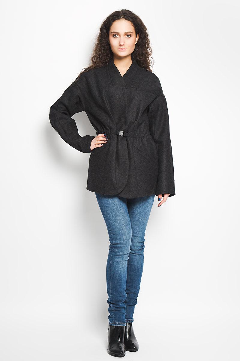 Пальто женское Calvin Klein Jeans, цвет: черный. J2IJ203820. Размер L (48/50)B475003Стильное женское пальто Calvin Klein Jeans, выполненное из сочетания высококачественных материалов, рассчитано на прохладную погоду. Модель приталенного кроя с V-образным воротником и длинными рукавами застегивается на две скрытые кнопки и дополнительно снаружи на затягивающийся эластичный пояс с защелкой, который скрыт внутри изделия. Внутри основная часть изделия выполнена из хлопковой подкладки. Спереди пальто дополнено прорезным карманом на груди и двумя боковыми прорезными карманами. Предусмотрен внутренний прорезной открытый карман.В этом пальто вам будет уютно, комфортно и вы всегда будете в центре винимая.