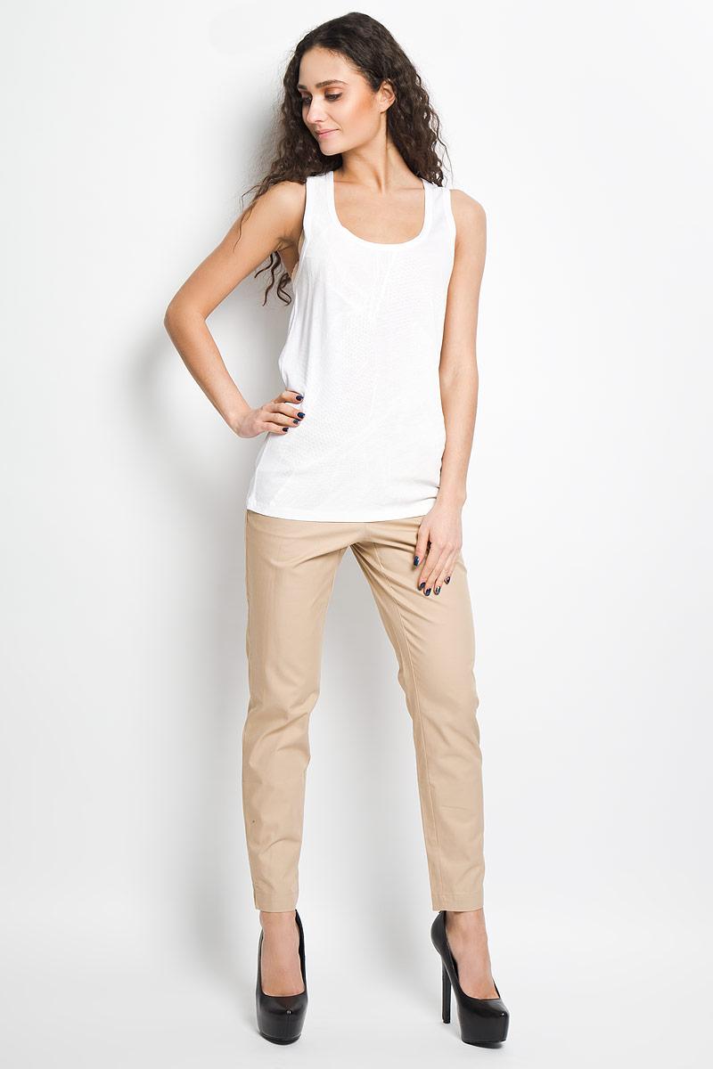 Майка женская Calvin Klein Jeans, цвет: белый. J2IJ204333. Размер L (48/50)B476021Стильная женская майка Calvin Klein, выполненная из высококачественного материала с содержанием хлопка, необычайно мягкая и приятная на ощупь, не сковывает движения, обеспечивая комфорт. Модель с круглым вырезом горловины на широких бретелях. Вырез горловины и проймы рукавов дополнены бейками, что предотвращает деформацию при носке. Спереди модель дополнена небольшим металлическим декоративным элементом с наименованием бренда.Майка Calvin Klein станет отличным дополнением к вашему гардеробу.