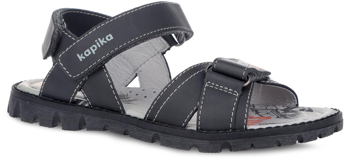 Сандалии для мальчика Kapika, цвет: черный. 33189-1. Размер 3333189-1Удобные сандалии от Kapika не оставят равнодушным вашего мальчика! Модель изготовлена из натуральной кожи и оформлена контрастной строчкой и тиснением с названием бренда. Ремешки с застежками-липучками прочно закрепят модель на ножке. Внутренняя поверхность обуви выполнена натуральной кожи. Стелька из натуральной кожи оформлена оригинальным принтом, логотипом бренда и дополнена супинатором, который обеспечивает правильное положение ноги ребенка при ходьбе. Максимально комфортная подошва с протектором, изготовленная из материала ТЭП, обеспечивает отличное сцепление с поверхностью. Практичные и стильные сандалии займут достойное место в гардеробе вашего малыша.