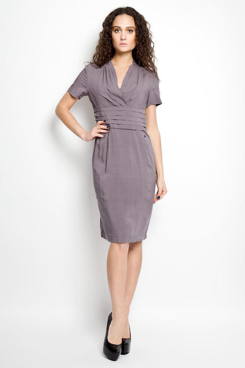 Платье Finn Flare, цвет: сиреневый. B16-11065. Размер S (44)B16-11065Замечательное платье Finn Flare с глубоким V-образным вырезом горловины и короткими рукавами выполнено из легкого струящегося материала с актуальным принтом. Модель с завышенной линией талии сбоку застегивается на потайную молнию. От линии талии изделие драпировано небольшими складками.Платье займет достойное место в вашем гардеробе.