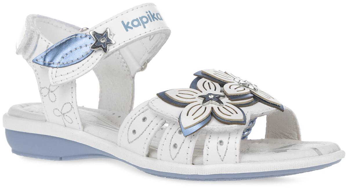 Сандалии для девочки Kapika, цвет: белый, голубой. 33168-2. Размер 3333168-2Восхитительные сандалии от Kapika очаруют вашу девочку с первого взгляда!Модель выполнена из натуральной кожи и оформлена на верхнем ремешке тиснением в виде названия бренда, аппликацией в виде двух лепестков и декоративным элементом из металла в виде звезды. Спереди обувь украшена аппликацией в виде двойных цветков. Верхняя часть цветка оформлена перфорацией и декоративным элементом в виде звездочки. Ремешки на застежках-липучках обеспечивают оптимальную посадку обуви на ноге, не давая ей смещаться из стороны в сторону и назад. Стелька из натуральной кожи дополнена супинатором, который обеспечивает правильное положение ноги ребенка при ходьбе, предотвращает плоскостопие. Рифленая поверхность подошвы обеспечивает идеальное сцепление с любой поверхностью.Стильные сандалии поднимут настроение вам и вашей дочурке!