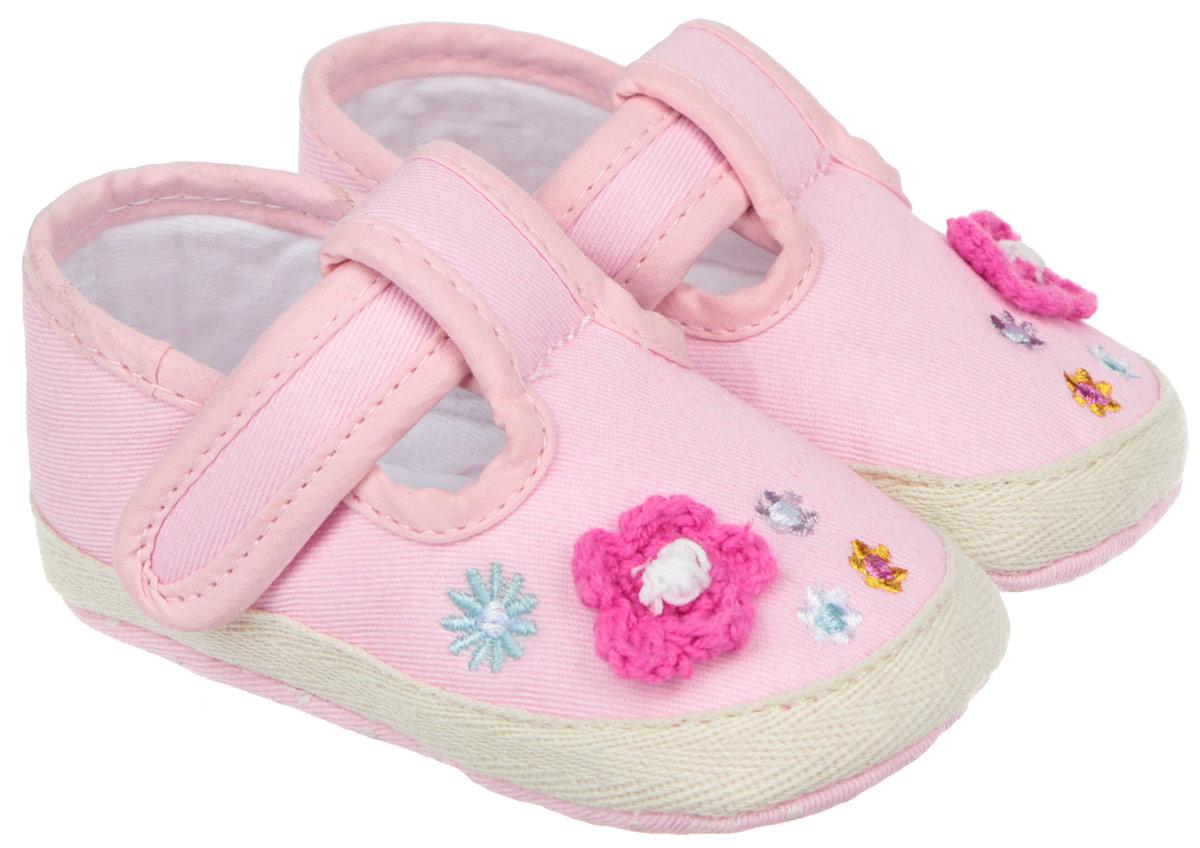 Пинетки для девочки Kapika, цвет: розовый. 10091. Размер 1710091Стильные и модные пинетки для девочки Kapika великолепно дополнят наряд маленькой модницы. В них ваша малышка будет чувствовать себя комфортно и непринужденно. Мягкий, приятный на ощупь и умеренно эластичный хлопковый материал бережно удерживает ножку ребенка и обеспечивает необходимую циркуляцию воздуха и гигроскопичность. Модель дополнена хлястиком с липучкой, который надежно фиксирует пинетки на ножке ребенка и позволяет регулировать их объем. Пинетки декорированы цветочной вышивкой и аппликацией в виде цветка. Милые, нежные, удобные и анатомически правильные для формирующейся ножки детские пинетки станут любимой обувью маленькой принцессы.