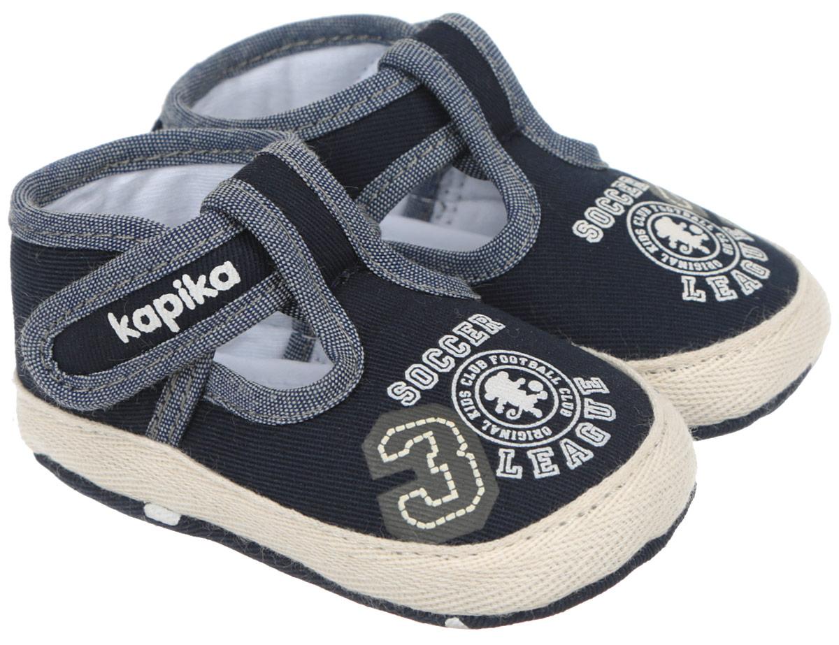 Пинетки для мальчика Kapika, цвет: темно-синий. 10088. Размер 1610088Стильные и модные пинетки для мальчика Kapika великолепно дополнят наряд маленького модника. В них ваш малыш будет чувствовать себя комфортно и непринужденно. Мягкий, приятный на ощупь и умеренно эластичный хлопковый материал бережно удерживает ножку ребенка и обеспечивает необходимую циркуляцию воздуха и гигроскопичность. Модель дополнена хлястиком с липучкой, который надежно фиксирует пинетки на ножке ребенка и позволяет регулировать их объем. Пинетки декорированы принтом с надписями на английском языке. Милые, нежные, удобные и анатомически правильные для формирующейся ножки детские пинетки станут любимой обувью вашего малыша.