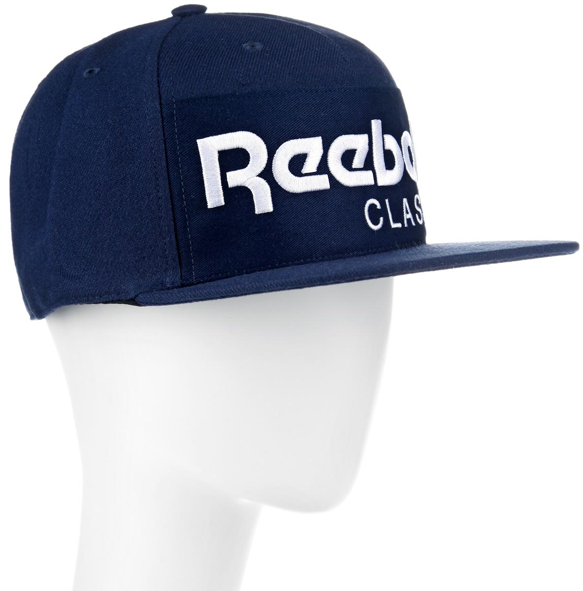 Бейсболка Reebok CL FOUNDATION, цвет: синий. AO0039. Размер M (56/58)AO0039Стильная бейсболка Reebok CL FOUNDATION идеально подойдет для прогулок, занятий спортом и отдыха.Бейсболка выполнена из 100% хлопка, снабжена впитывающей внутренней отделкойи имеет плотный плоский козырек. Модель дополнена специальными отверстиями, обеспечивающими необходимую вентиляцию. Бейсболка на фронтальной части декорирована нашивкой из твила с вышитым логотипом Reebok, а застёжка сзади имеет тканый ярлык с символикой Reebok Classic. Объем бейсболки регулируется при помощи пластиковой застежки на кнопках. Такая бейсболка станет отличным аксессуаром и дополнит ваш повседневный образ.