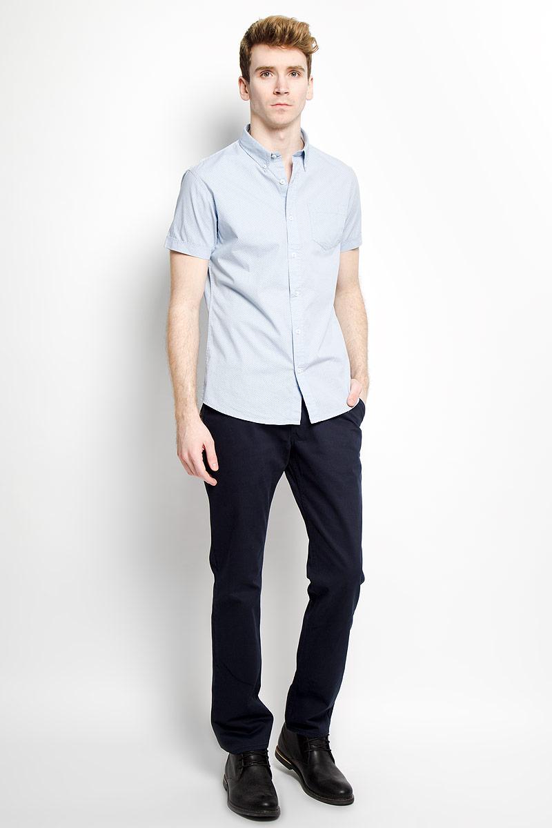 Рубашка мужская Baon, цвет: нежно-голубой. B686014. Размер M (48)B686014Стильная мужская рубашка Baon, выполненная из натурального хлопка, обладает высокой теплопроводностью, воздухопроницаемостью и гигроскопичностью, позволяет коже дышать, тем самым обеспечивая наибольший комфорт при носке даже самым жарким летом. Модель с короткими рукавами, отложным воротником на пуговицах и полукруглым низом застегивается на пуговицы. На груди расположен накладной кармашек. Рубашка оформлена узором в мелкий крестик. Такая рубашка будет дарить вам комфорт в течение всего дня и послужит замечательным дополнением к вашему гардеробу.